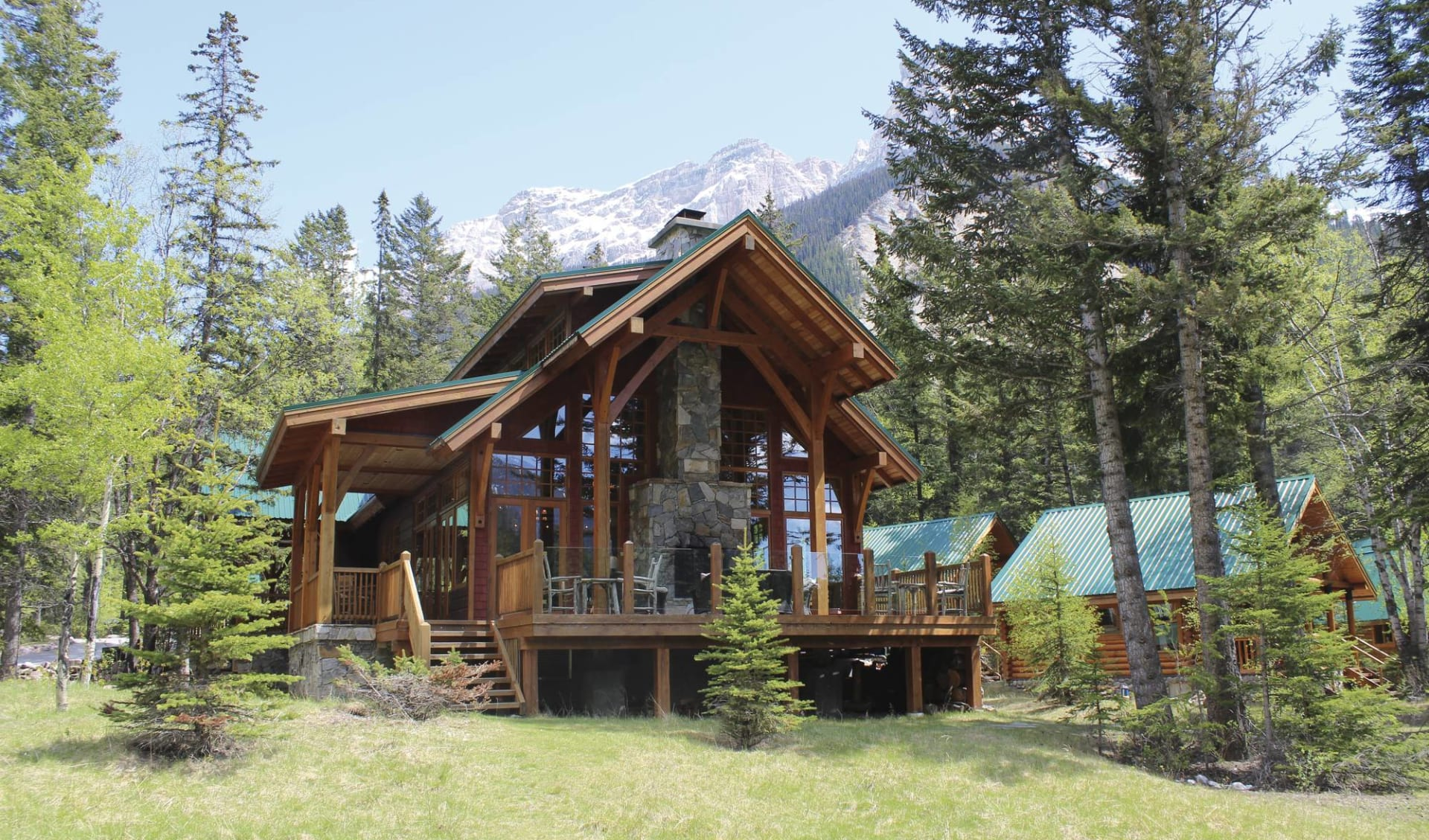 Cathedral Mountain Lodge in Field: _Cathedral Mountain Lodge - Aussenansicht Haupthaus