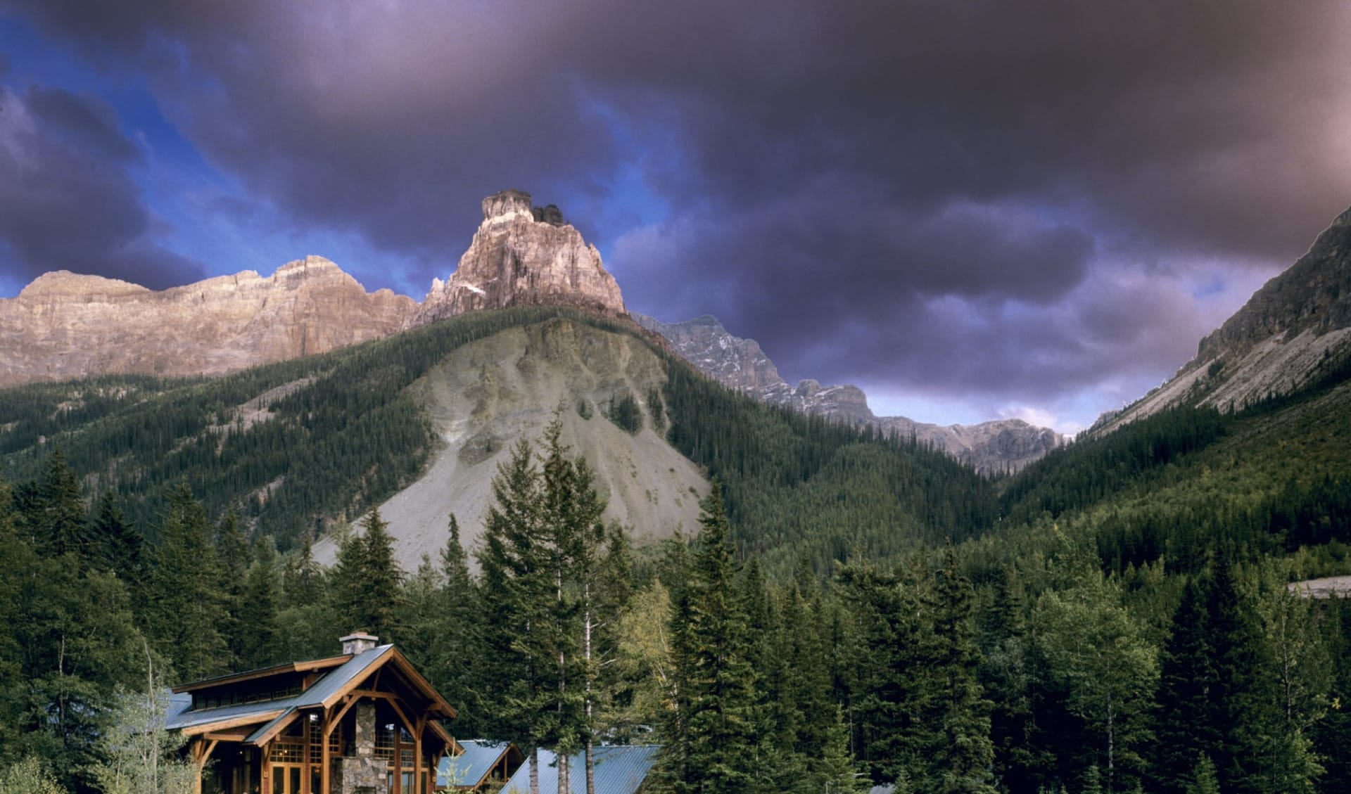 Cathedral Mountain Lodge in Field:  Cathedral Mountain Lodge_AussenansichtMitBergen