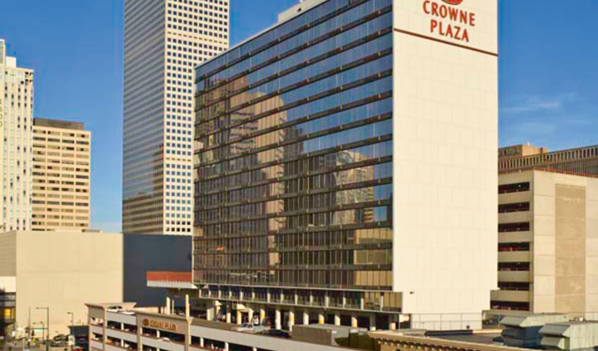 Sonesta Denver: exterior crowne plaza denver hotelanicht strasse
