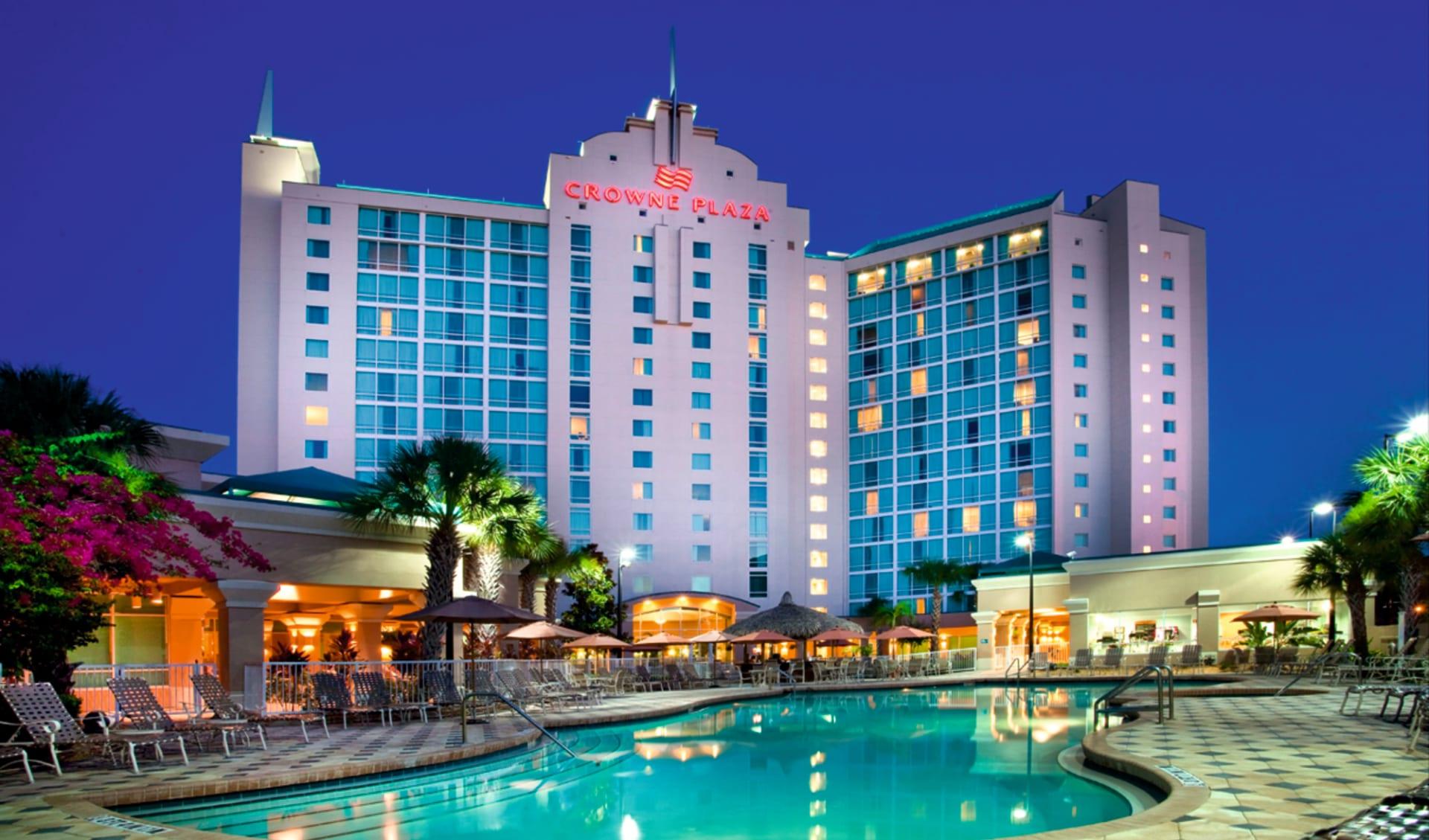 Crowne Plaza in Orlando:  Crowne Plaza MCO - Hotelansicht mit Pool