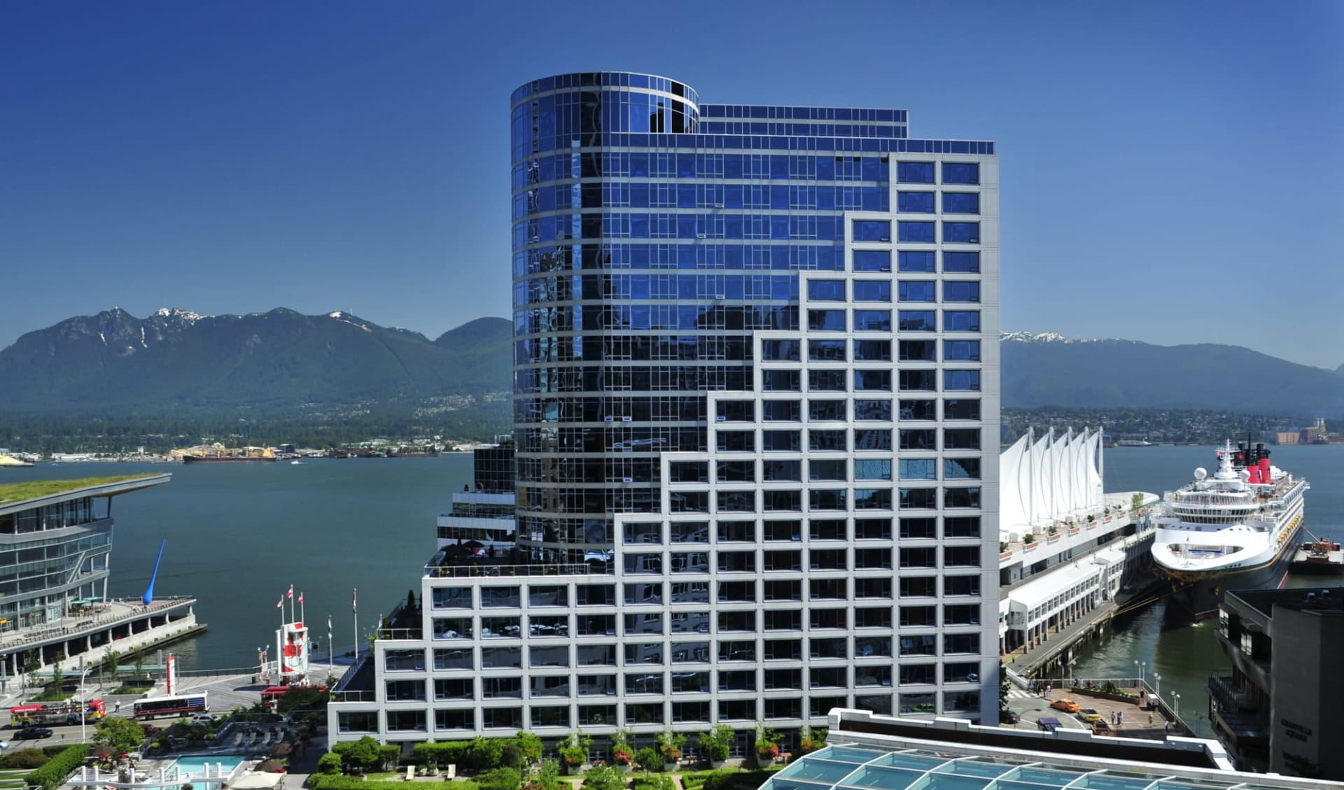 The Fairmont Waterfront in Vancouver: exterior_Fairmont Waterfront_FrontalViewWithHarbour