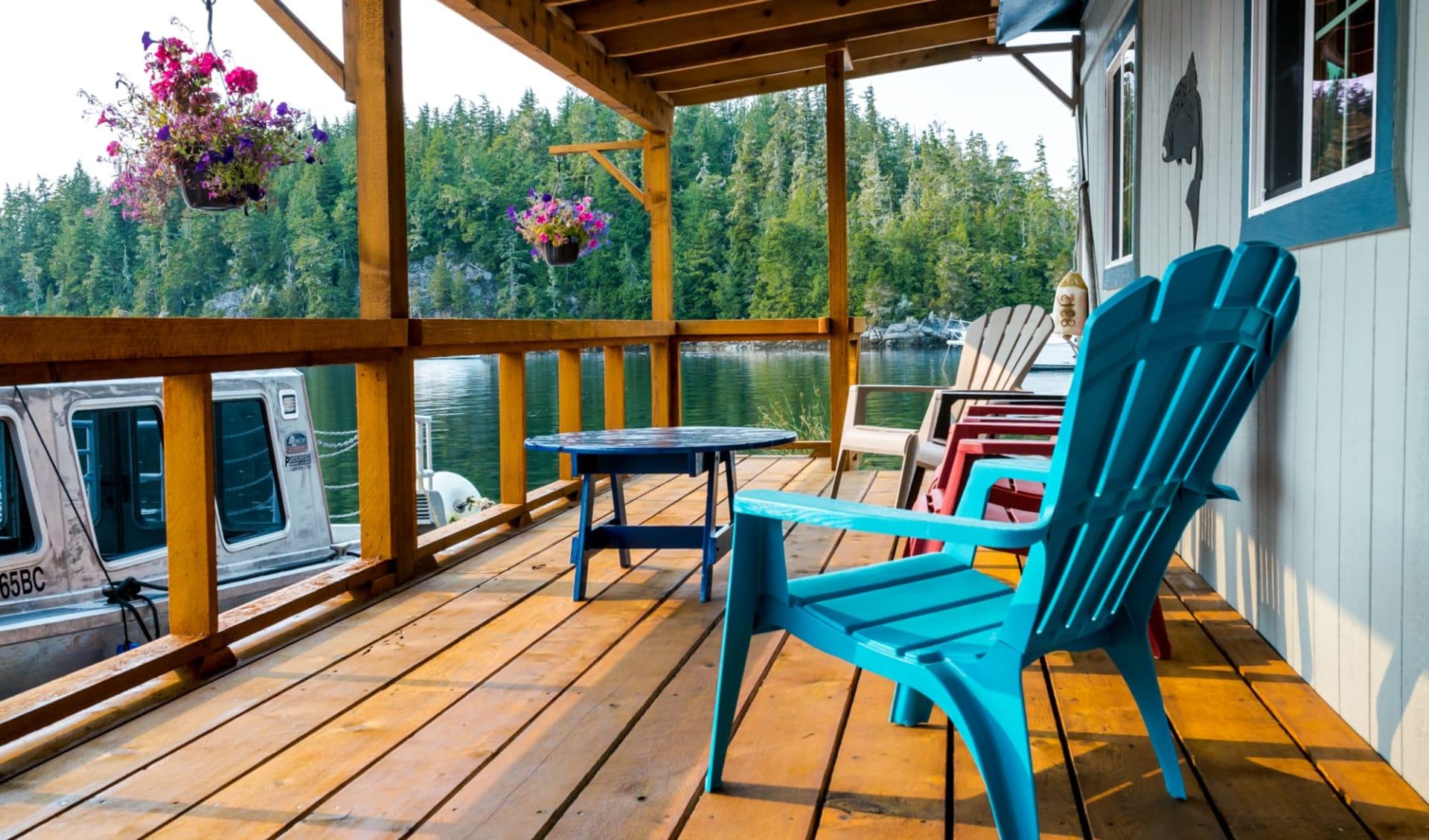 Bärenbeobachtung Farewell Lodge ab Vancouver Island: exterior: Farwell Lodge - Hotelveranda