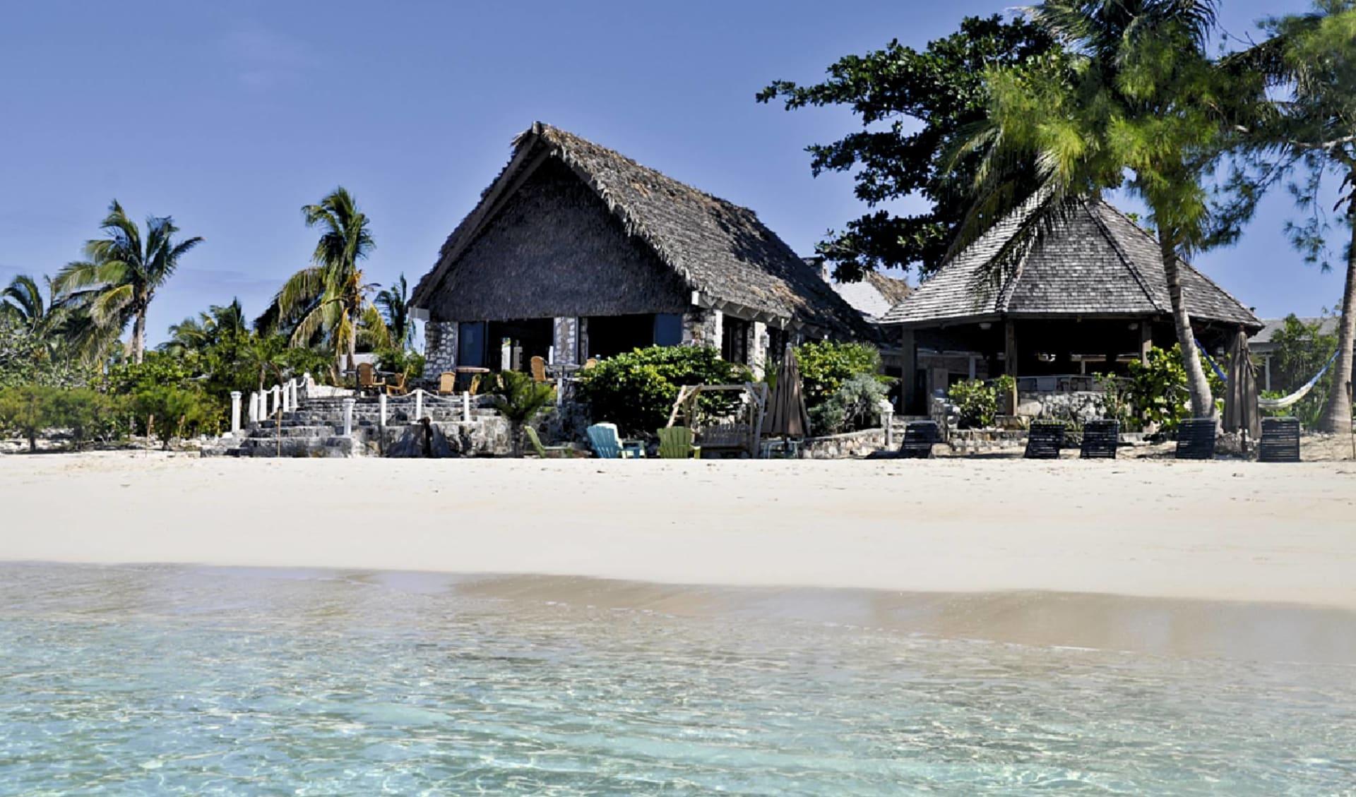 Fernandez Bay Village in New Bight: exterior fernandez bay village häuser meer strand