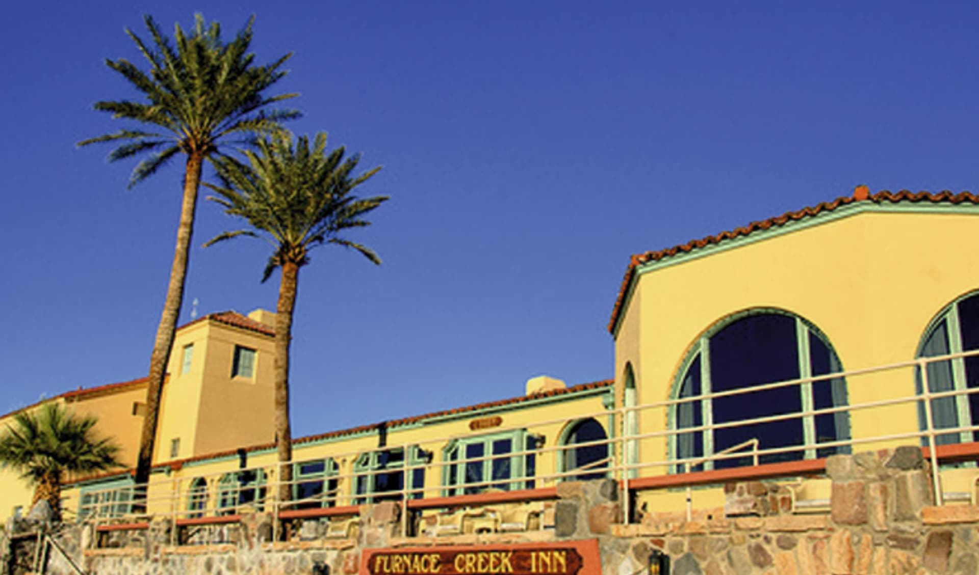 The Inn at Death Valley: exterior furnace creek inn gelbes hotel palme