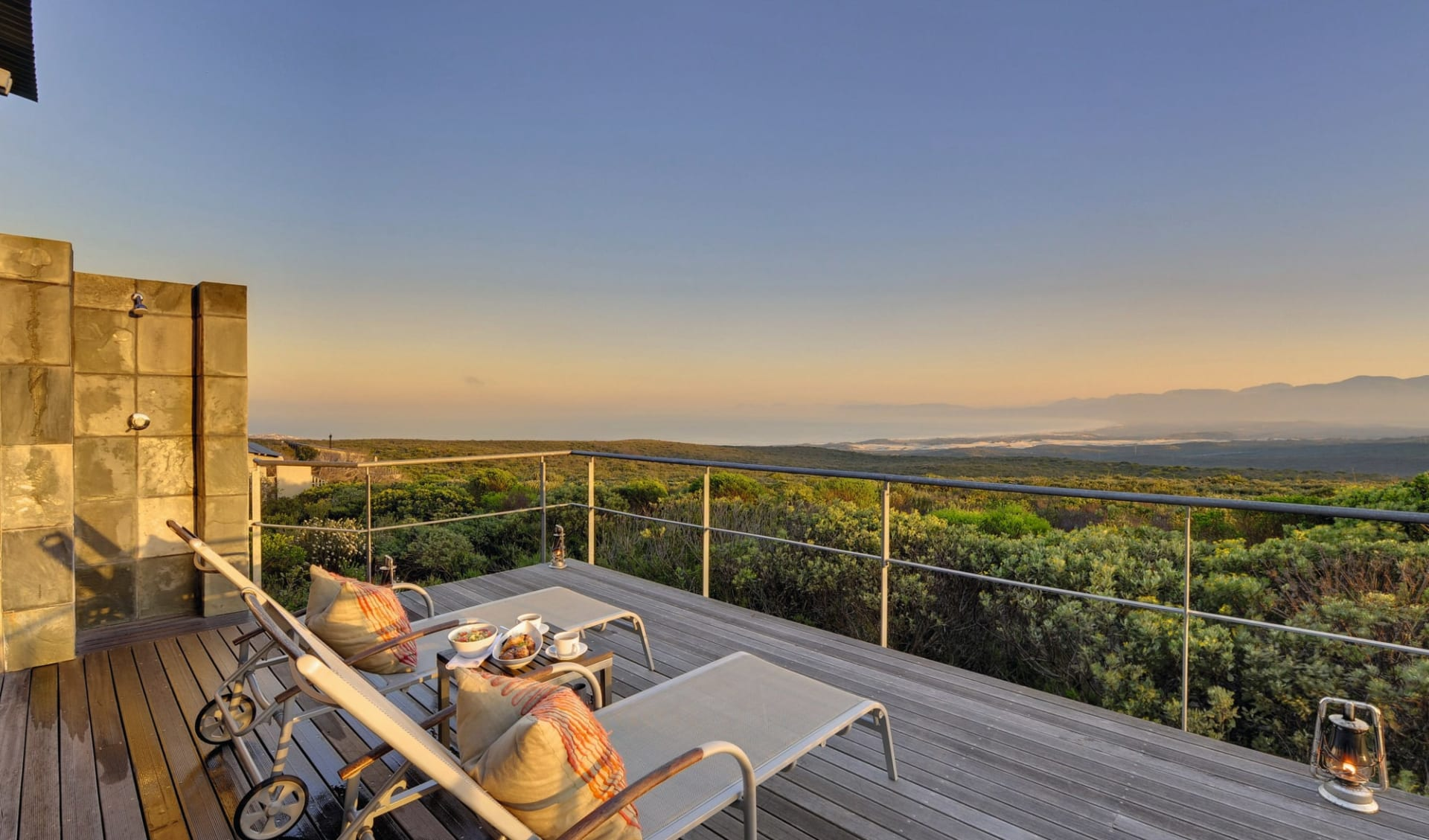 South Africa Exclusive 20 Tage ab Johannesburg: Exterior Grootbos Private Nature Reserve Terrasse der Forest Lodge mit Liegestühle