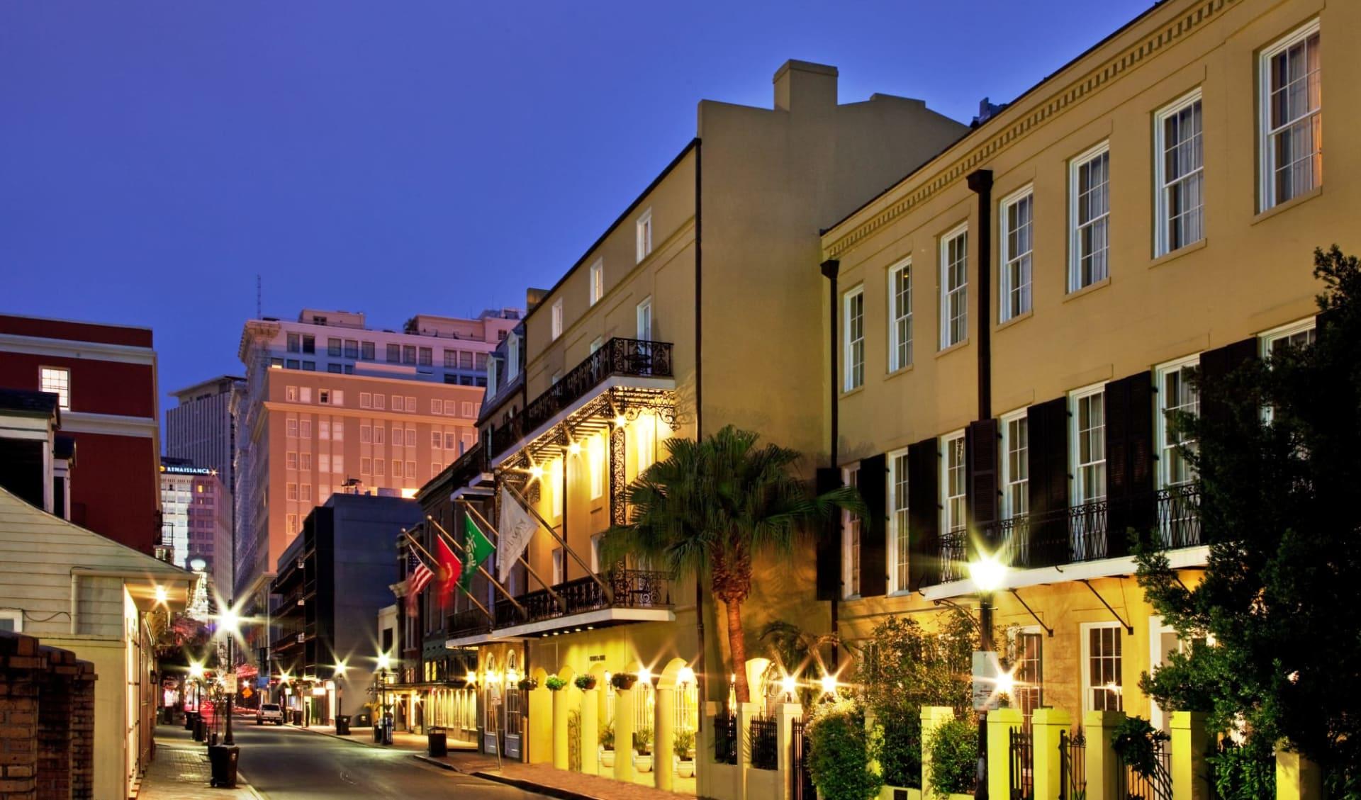 Chateau LeMoyne French Quarter A Holiday Inn Hotel in New Orleans:  Holiday Inn Château LeMoyne - View at night