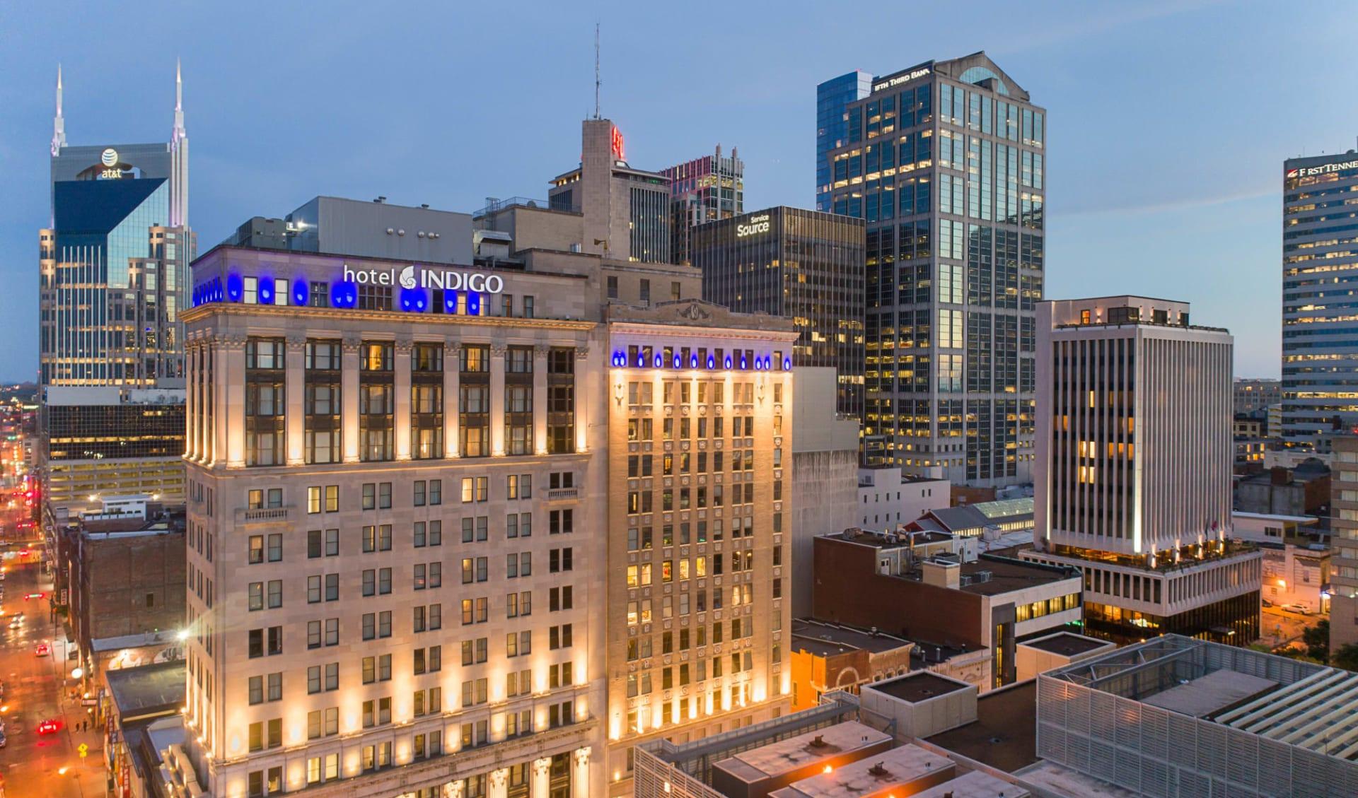 Hotel Indigo in Nashville:  Indigo Nashville - Aussenasicht abends