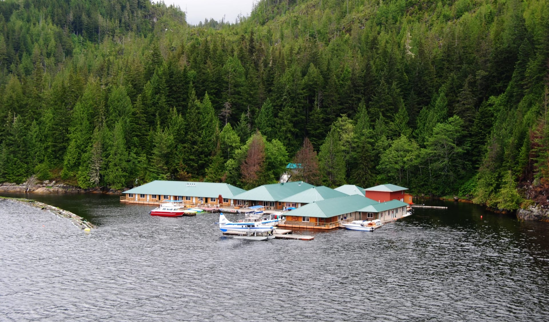 Bärenbeobachtung Knight Inlet Lodge 4 Tage ab Campbell River: exterior: Knight Inlet Lodge - Lodge von aussen
