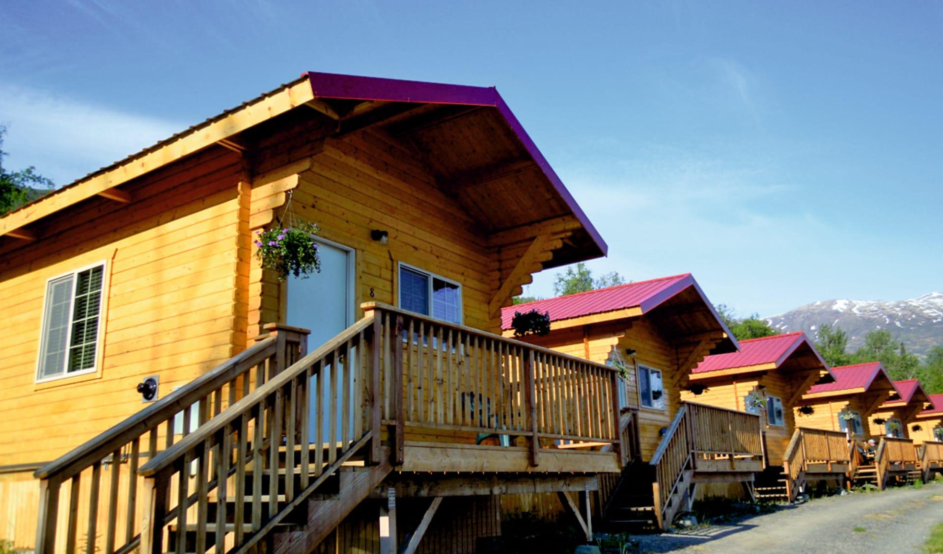 Knik River Lodge:  Knik River Lodge - Wohnhäuser Aussenansicht