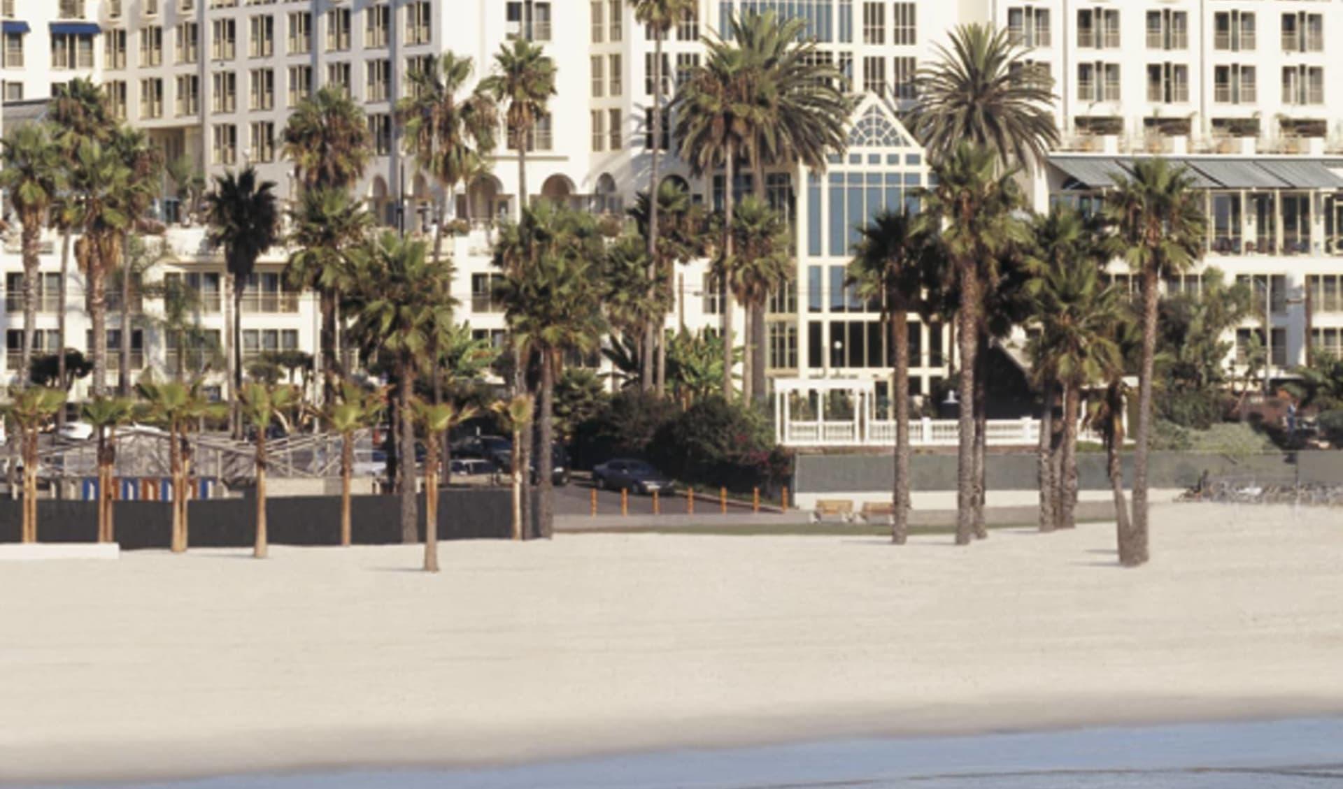 Loews Santa Monica Beach Hotel:  Loews - Strand und Hotelansicht
