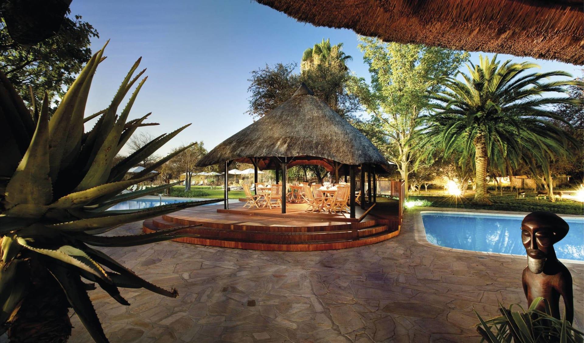 Mokuti Etosha Lodge in Etosha Nationalpark:  Mokuti Etosha Lodge - Garten mit Pool