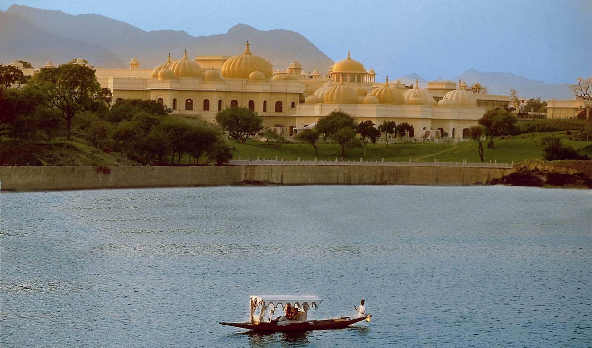 The Oberoi Udaivilas in Udaipur: Oberoi Udaivilas with lake