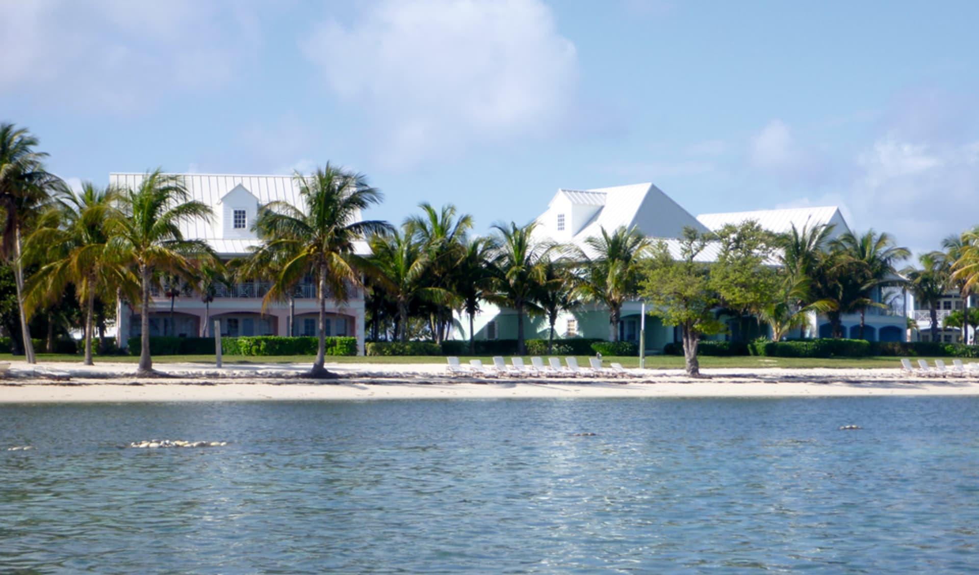 Old Bahama Bay in West End: exterior old bahama bay hotelansicht palmen meer