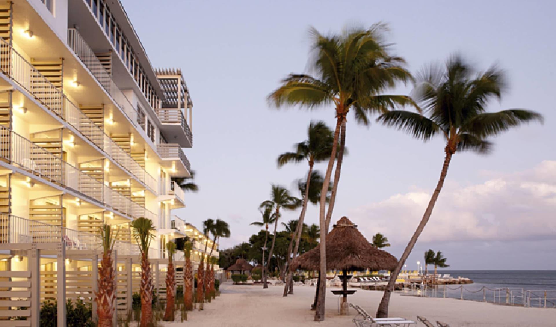 Postcard Inn Beach Resort Islamorada: exterior postcard inn islamorada hotelansicht strand palmen