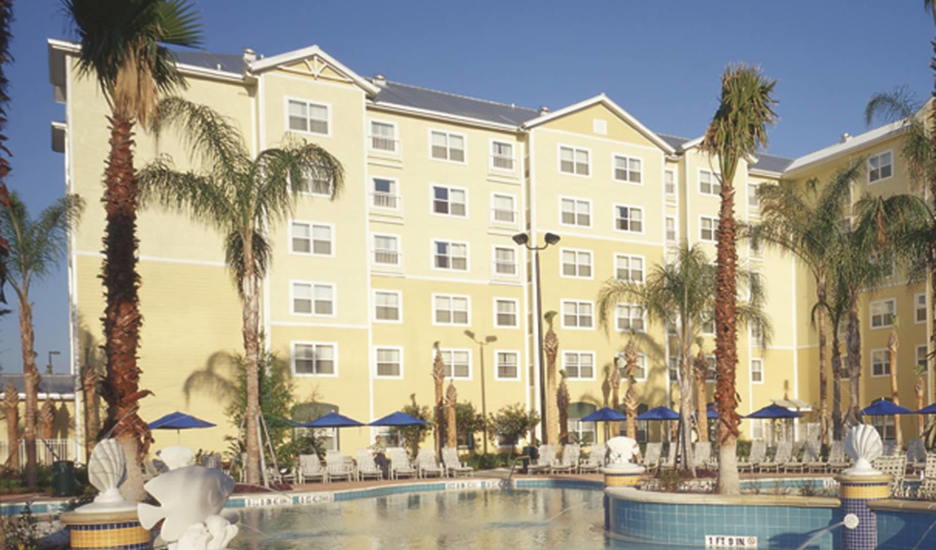 Residence Inn Orlando at SeaWorld: exterior residence inn orlando seaworld hotelansicht pool palmen