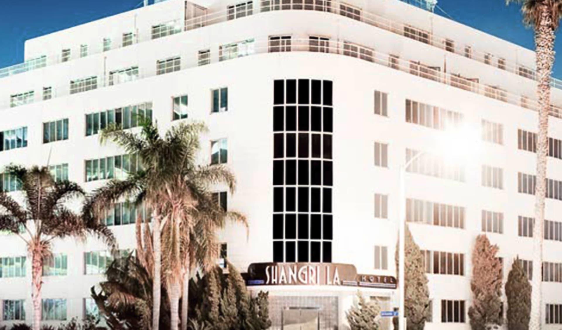 Shangri-La Hotel in Santa Monica:  Shangri La Hotel - Hotelansicht mit Palmen