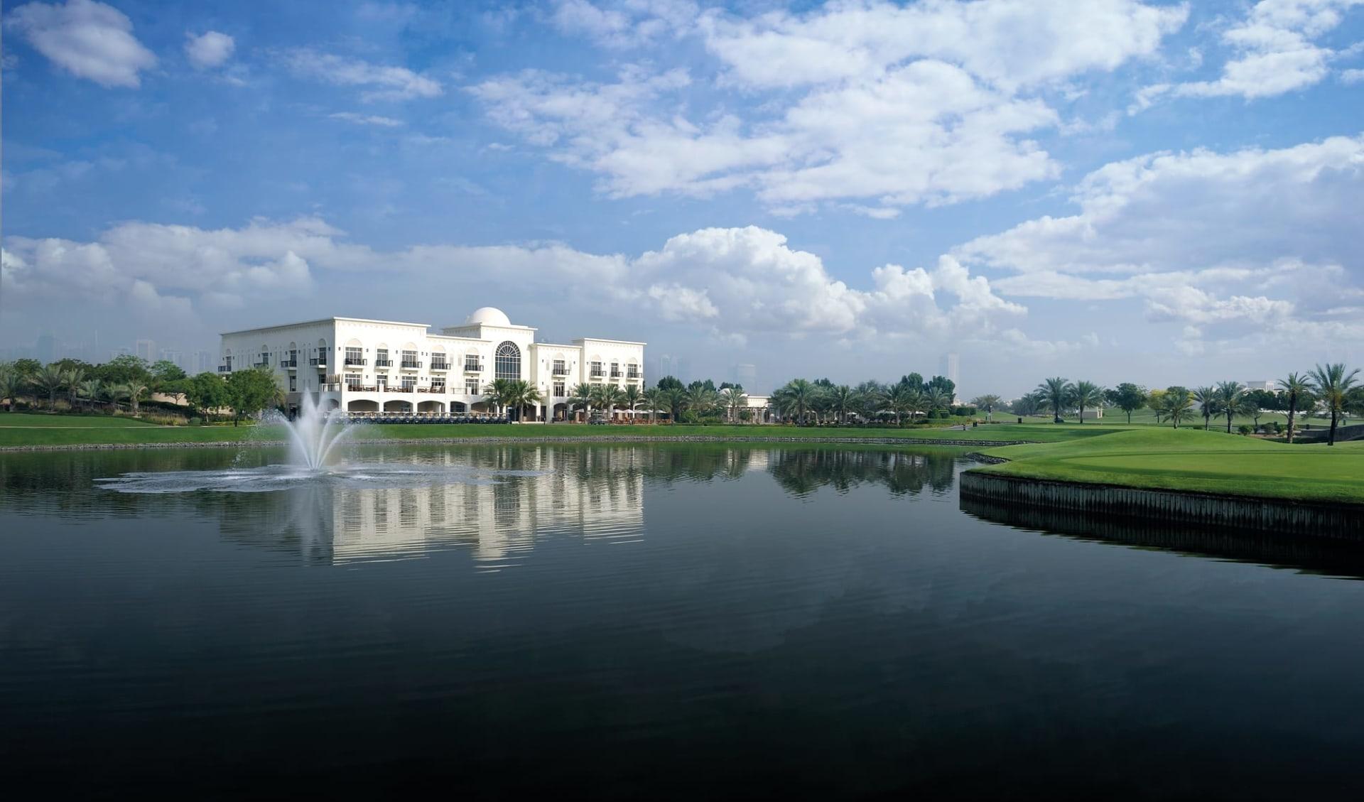 The Address Montgomerie Dubai: The Address Montgomerie Dubai - Aussenansicht über See