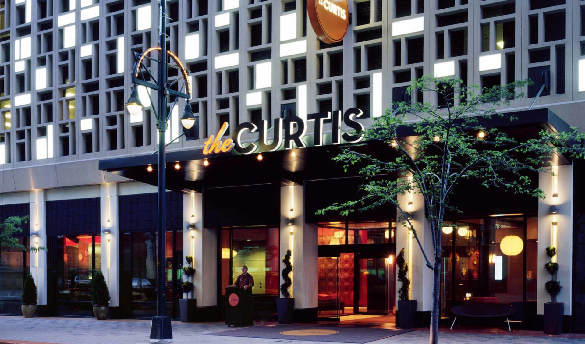The Curtis Denver A DoubleTree by Hilton Hotel:  The Curtis - Aussenansicht bei Nacht