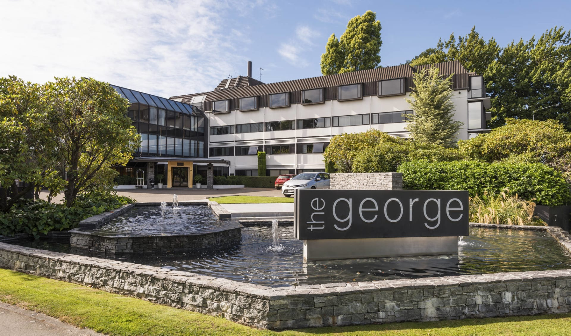 New Zealand Icons ab Auckland: exterior: the George Hotel Christchurch