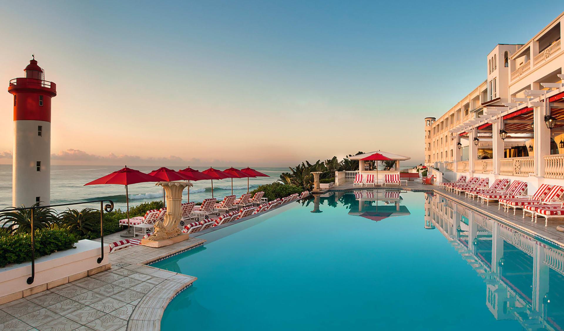 Wonders of South Africa ab Kapstadt: exterior: The Oyster Box Hotel - Oceanpool und Aussenfassade
