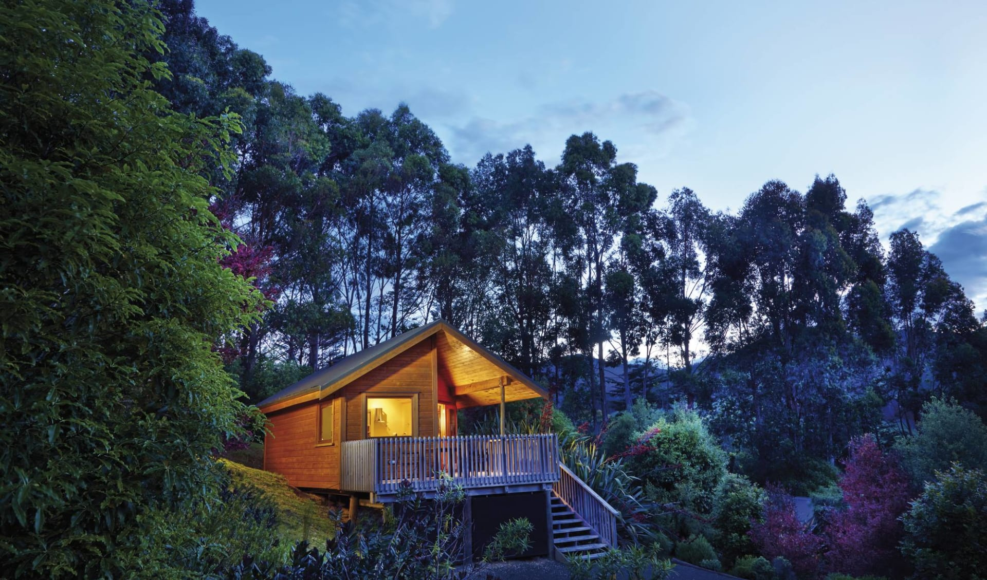 New Zealand Icons ab Auckland: exterior: The Resurgence - Bush Chalet von aussen