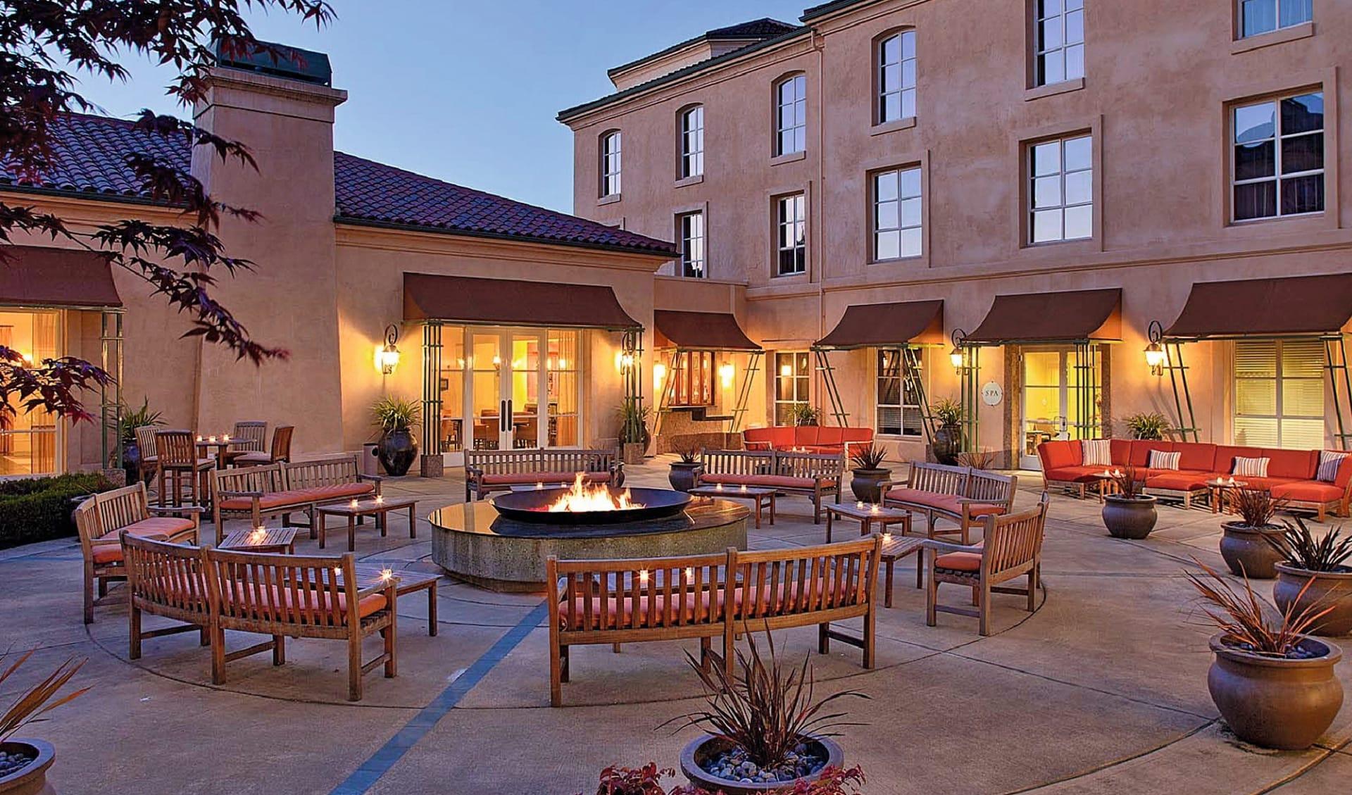 Hyatt Regency Sonoma Wine Country in Santa Rosa: facilities hyatt vineyard creek hotel und spa feuerschale bänke