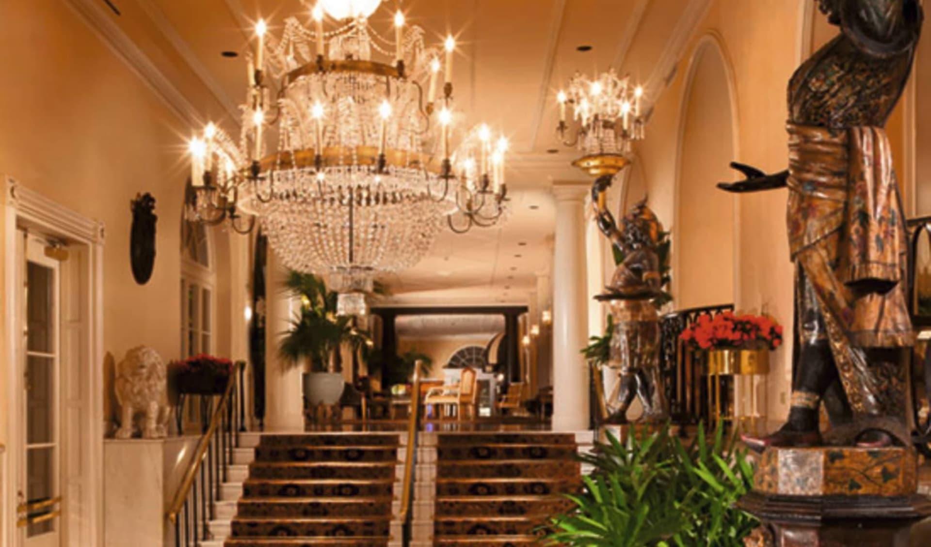Omni Royal Orleans in New Orleans:  Omni Royal - Saal mit Treppe und Leuchter