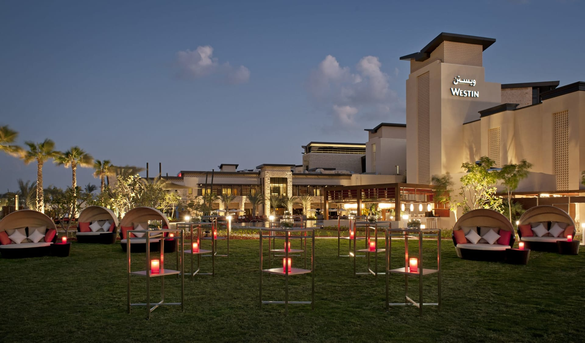 The Westin Abu Dhabi Golf Resort & Spa:  The Westin Abu Dhabi Golf Resort & Spa - Aufenthaltsbereich aussen