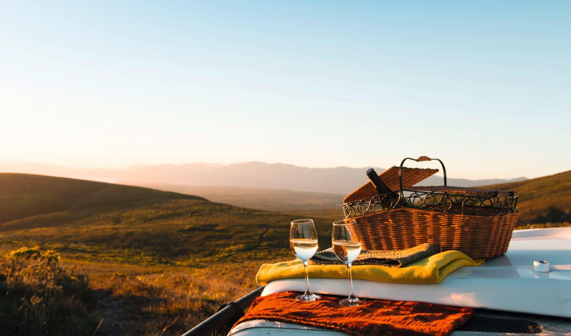 South Africa's Secrets ab Kapstadt: fb Grootbos Private Nature Reserve Picknickkorb mit zwei Weingläser