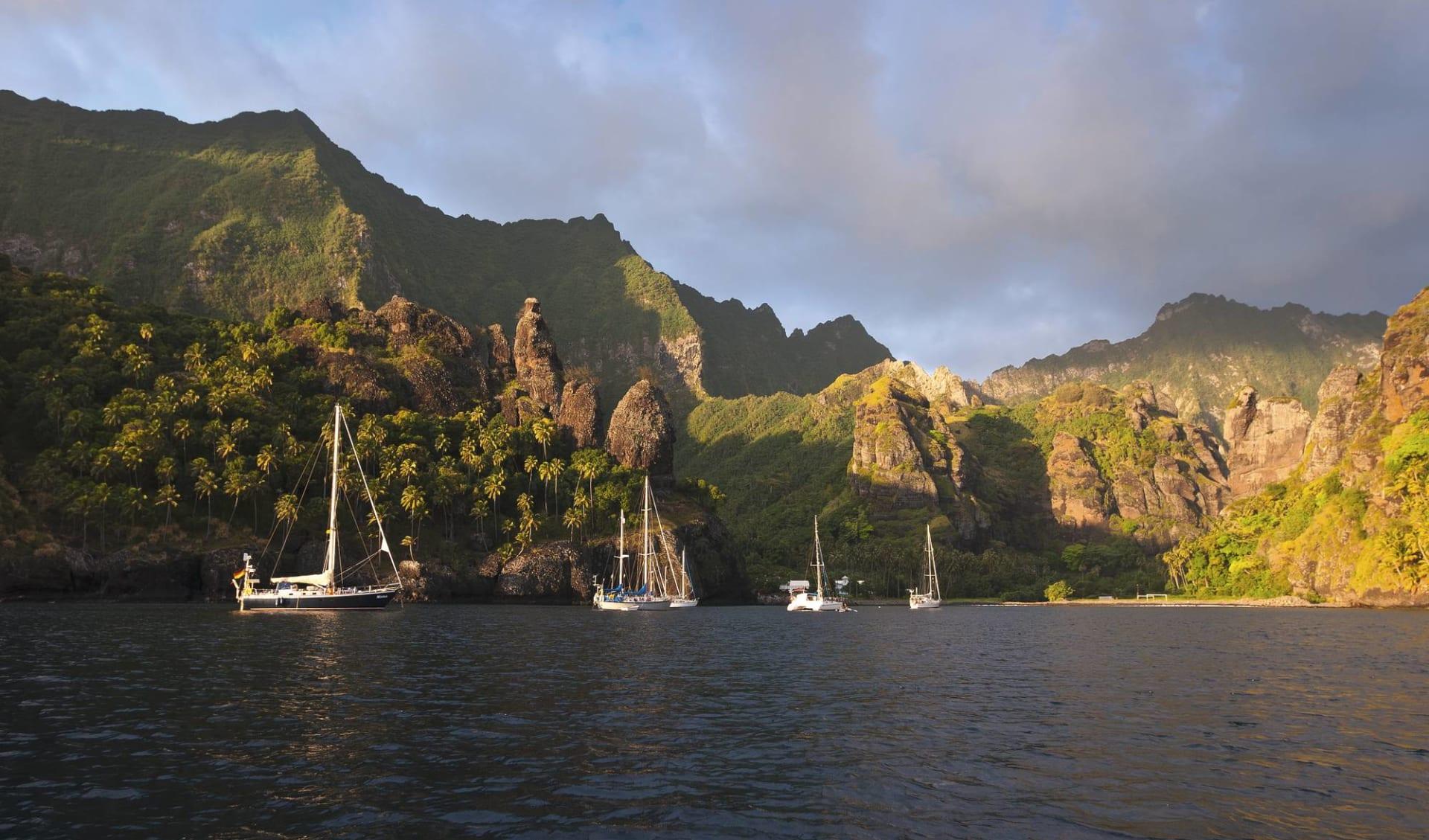 Marquesas Discovery ab Papeete: Französich Polynesien - Marquesas - Bucht mit Segelbooten