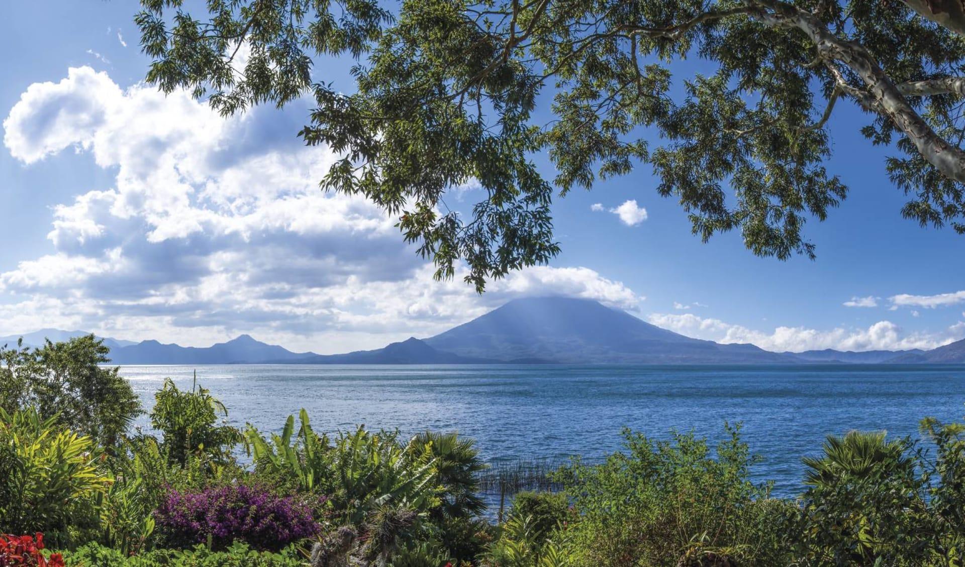 Gruppenreise Mundo Maya ab Guatemala City: Guatemala -  Lake Atitlan - Panorama mit Vulkan im Hintergrund