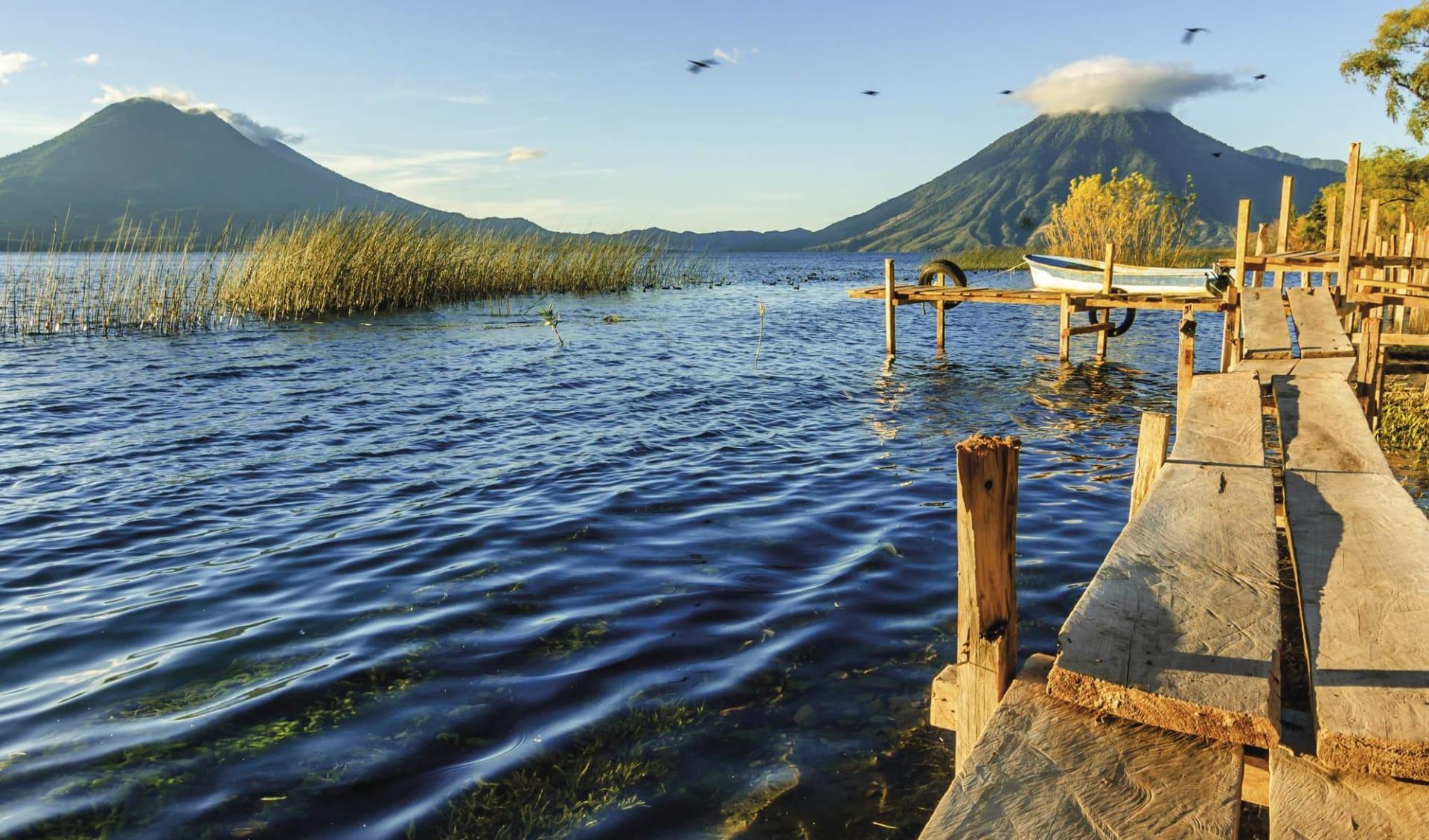 Privatreise Mundo Maya ab Guatemala City: Guatemala - Santa Cruz la Laguna - Atitlan See, Sicht auf Toliman & San Pedro Vulkan