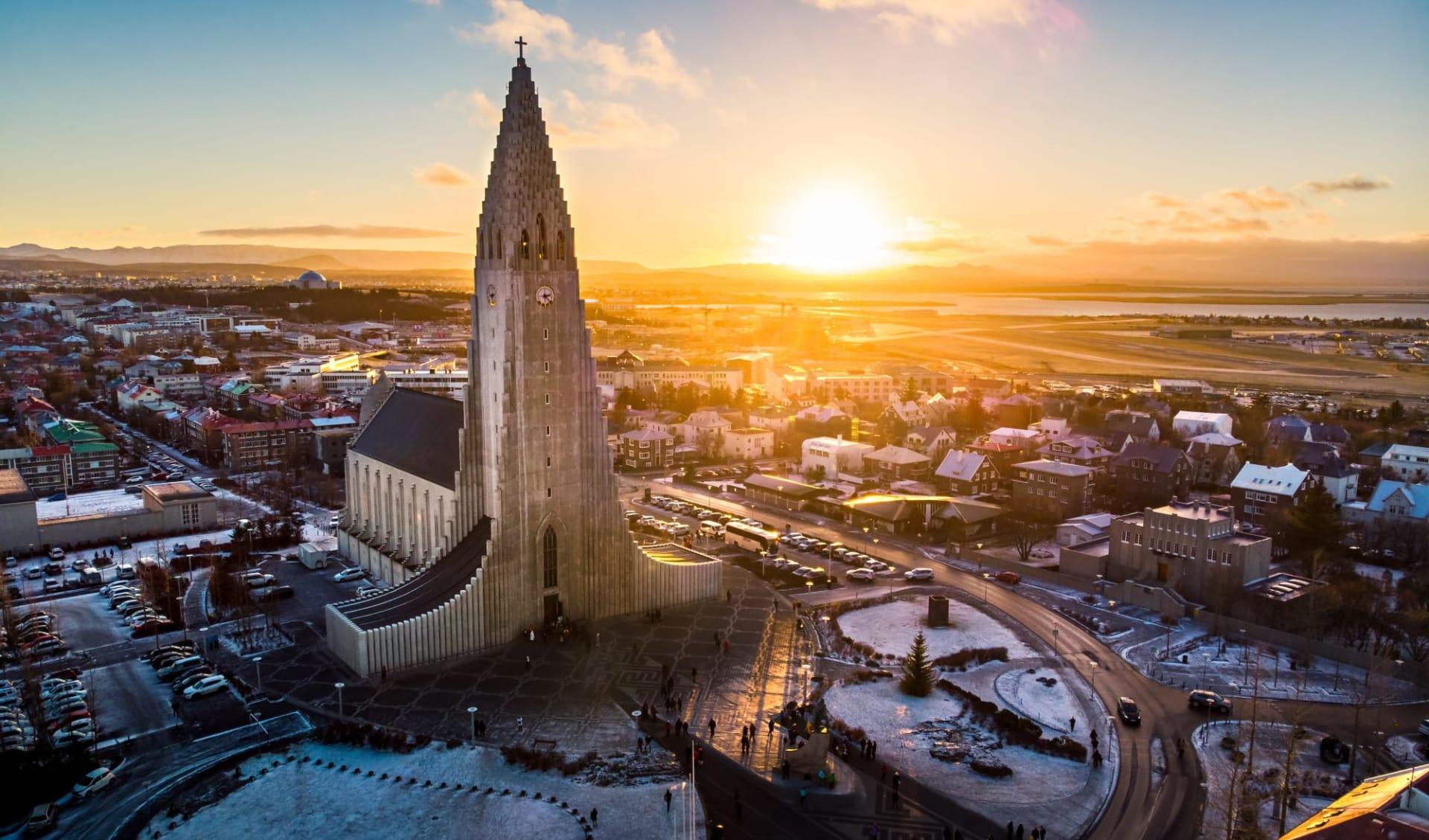 22 Hill in Reykjavik: Hallgrimskirkja Kirche und Reykjavik Stadtbild in Island