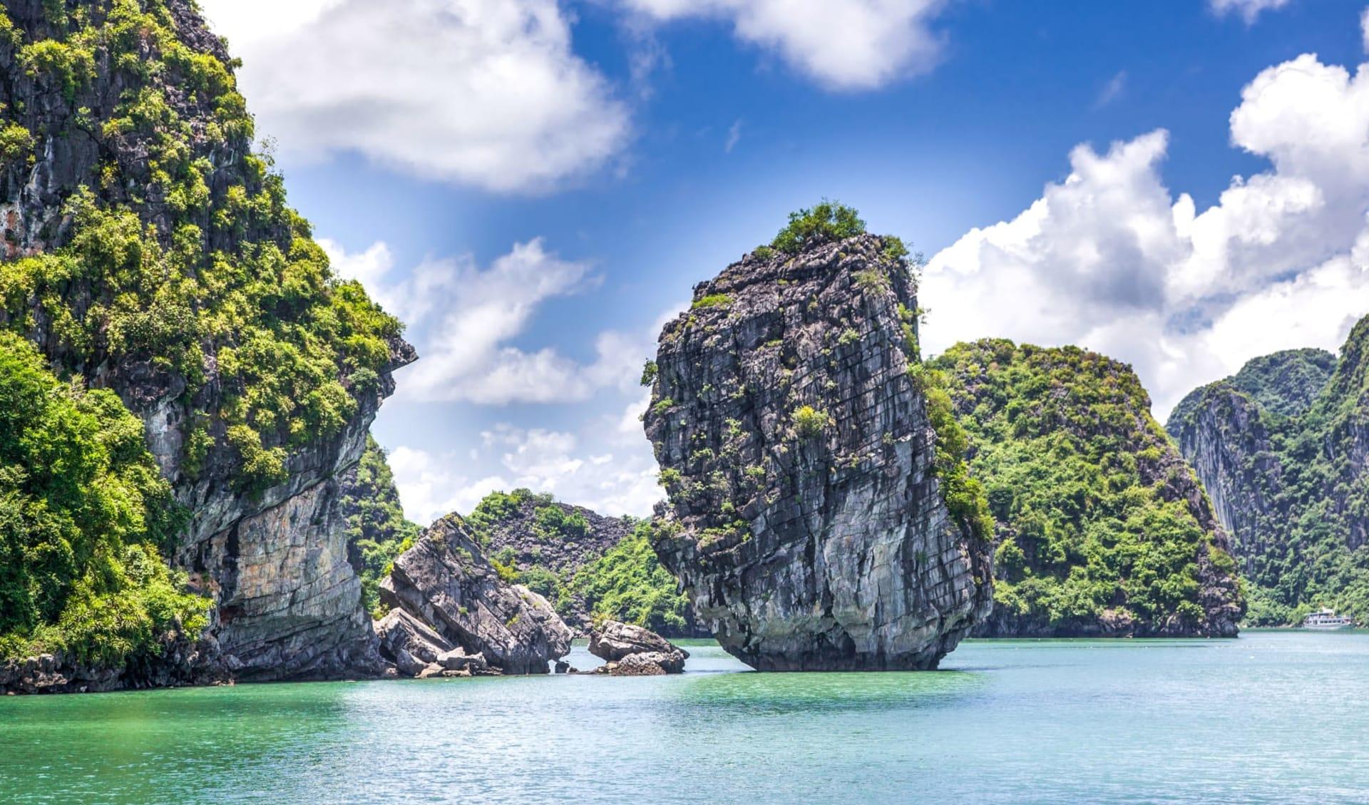 Halong Bucht Kreuzfahrten mit «Legend Halong» Privatboot ab Hanoi: Halong Bay cruising among beautiful limestone rocks and secluded beaches