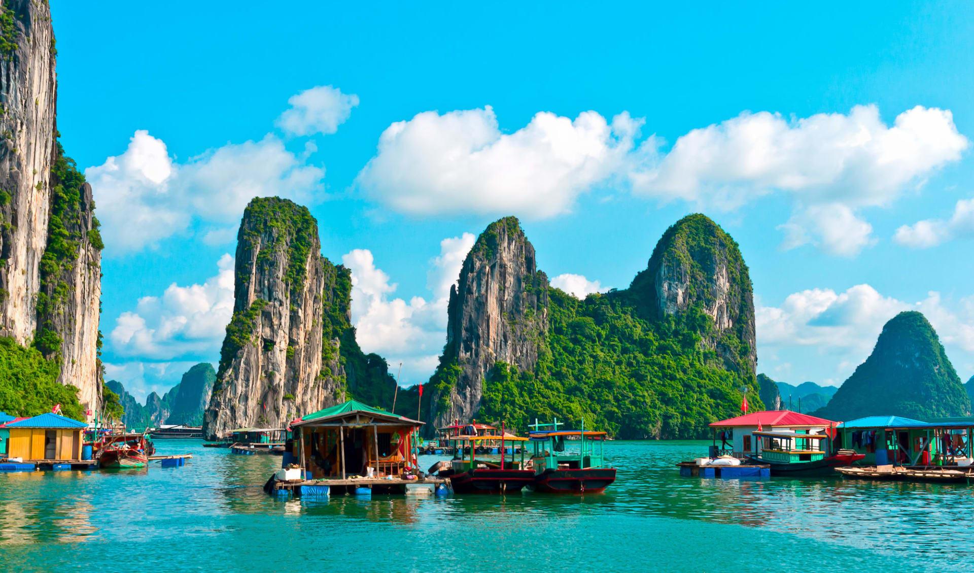 Halong Bucht Kreuzfahrten mit «Bhaya Premium» ab Hanoi: Halong Bay: Floating village and rock islands