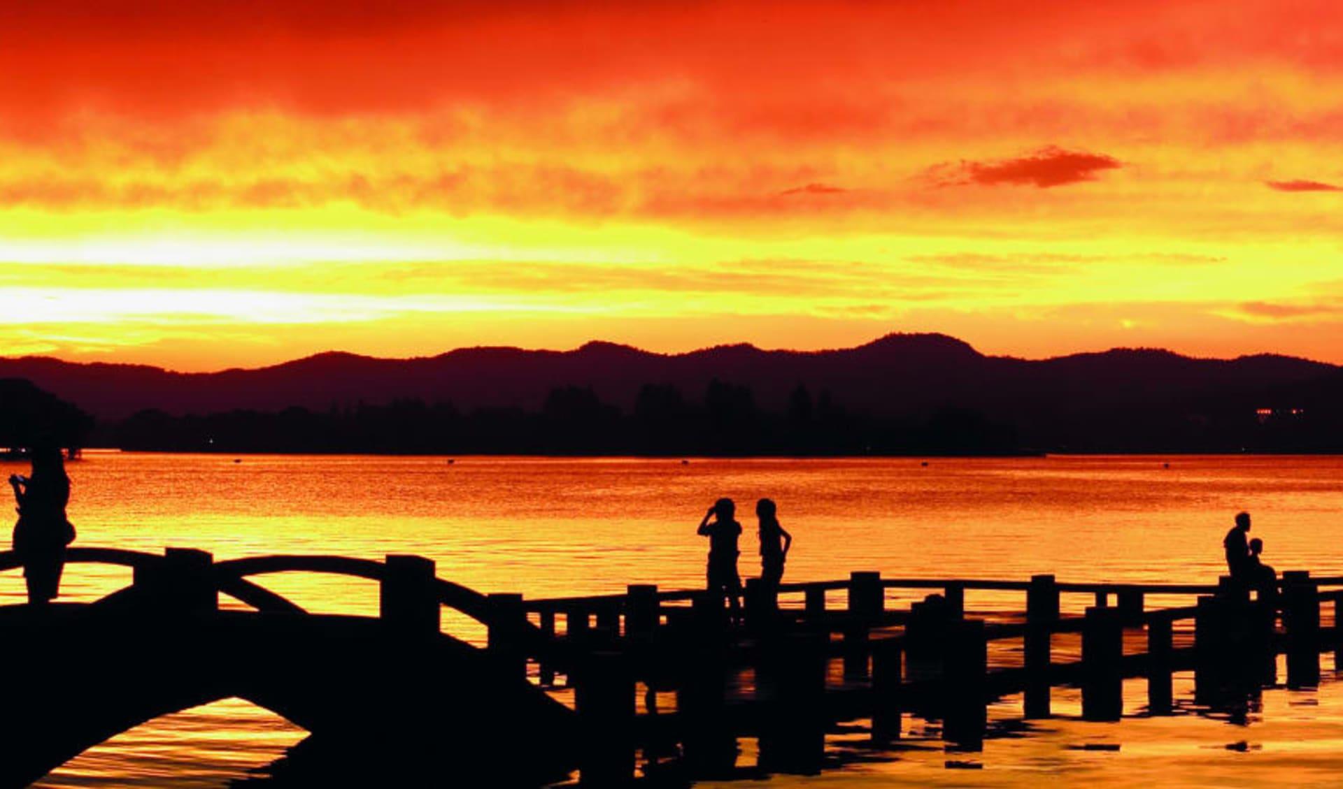 Tongli - Suzhou - Hangzhou Tour ab Shanghai: Hangshou: Sunrise at the lake