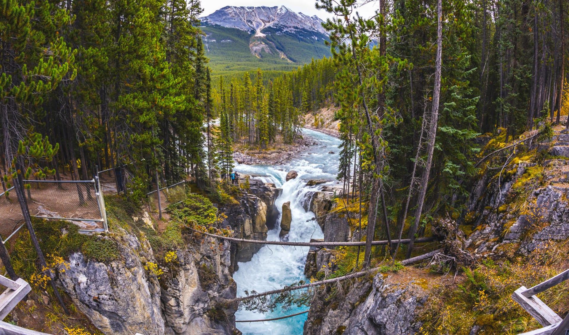 Abenteuer Northwest Territories ab Edmonton: Kanada - Jasper Nationalpark - kleine Insel inmitten des Flusses