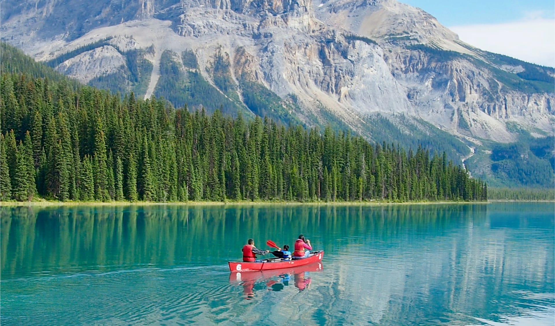 Family on a Kanu tour in Emerald Lake
