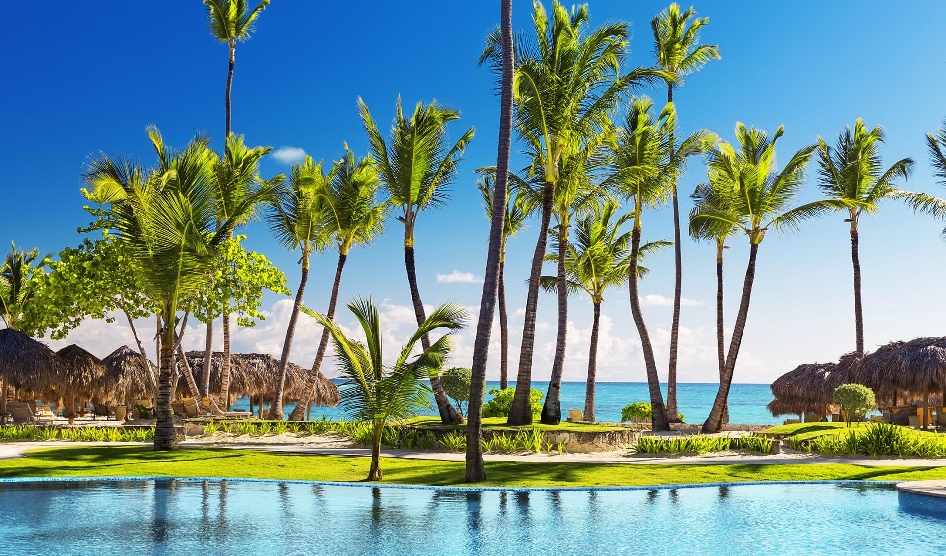 Tropischer Badeort mit Sonnenschirmen und Liegen in Punta Cana, Dominikanische Republik
