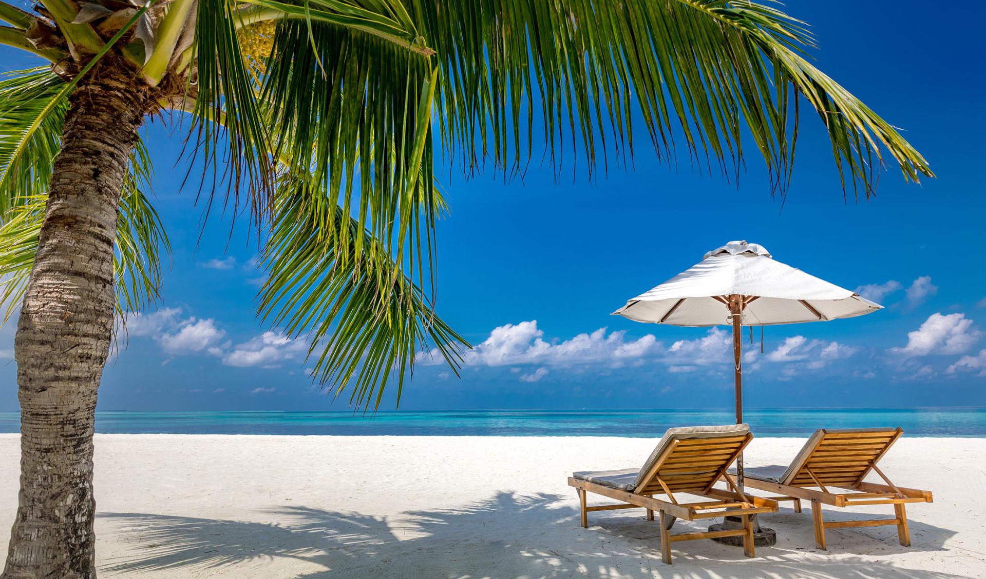 Luxus-Badeort, Strandliegen in der Nähe des Meeres mit weißem Sand auf dem Meer Topische Insel Hintergrund, Sommerurlaub Konzept, Urlaub und Tourismus-Design. Exotische Landschaft, inspirierender Freizeitbanner