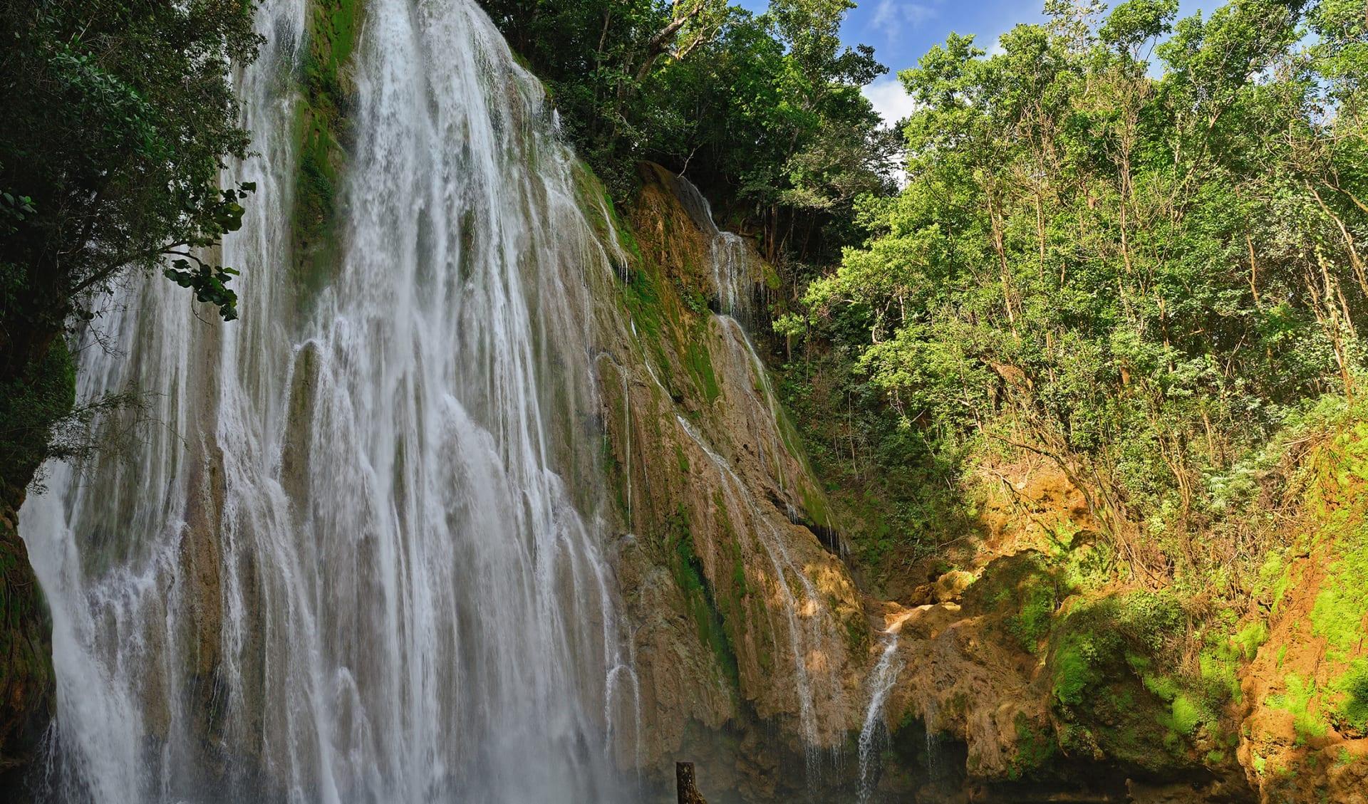 Salto de Limon der Wasserfall im Zentrum des tropischen Waldes, Samana, Dominikana Republik.