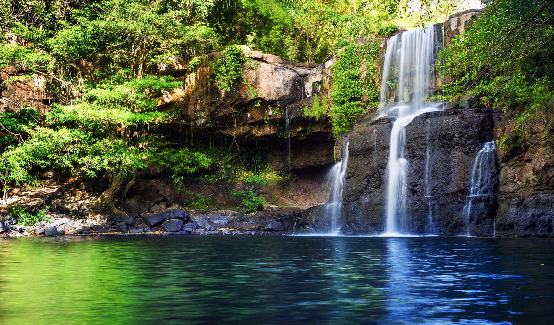 Wasserfall versteckt im tropischen Dschungel