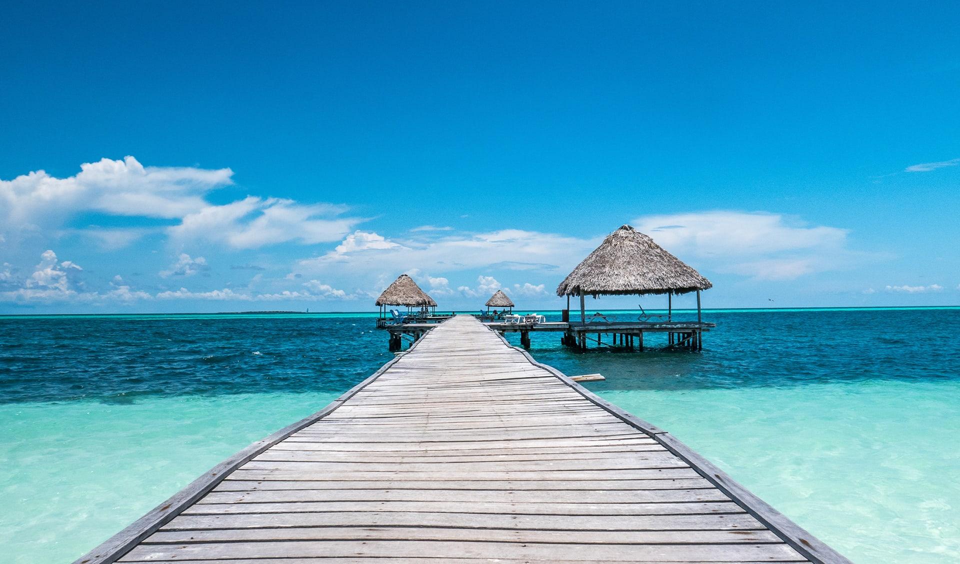 Karibisches Paradies: das perfekte Haus über dem klaren Wasser des kubanischen Meeres.