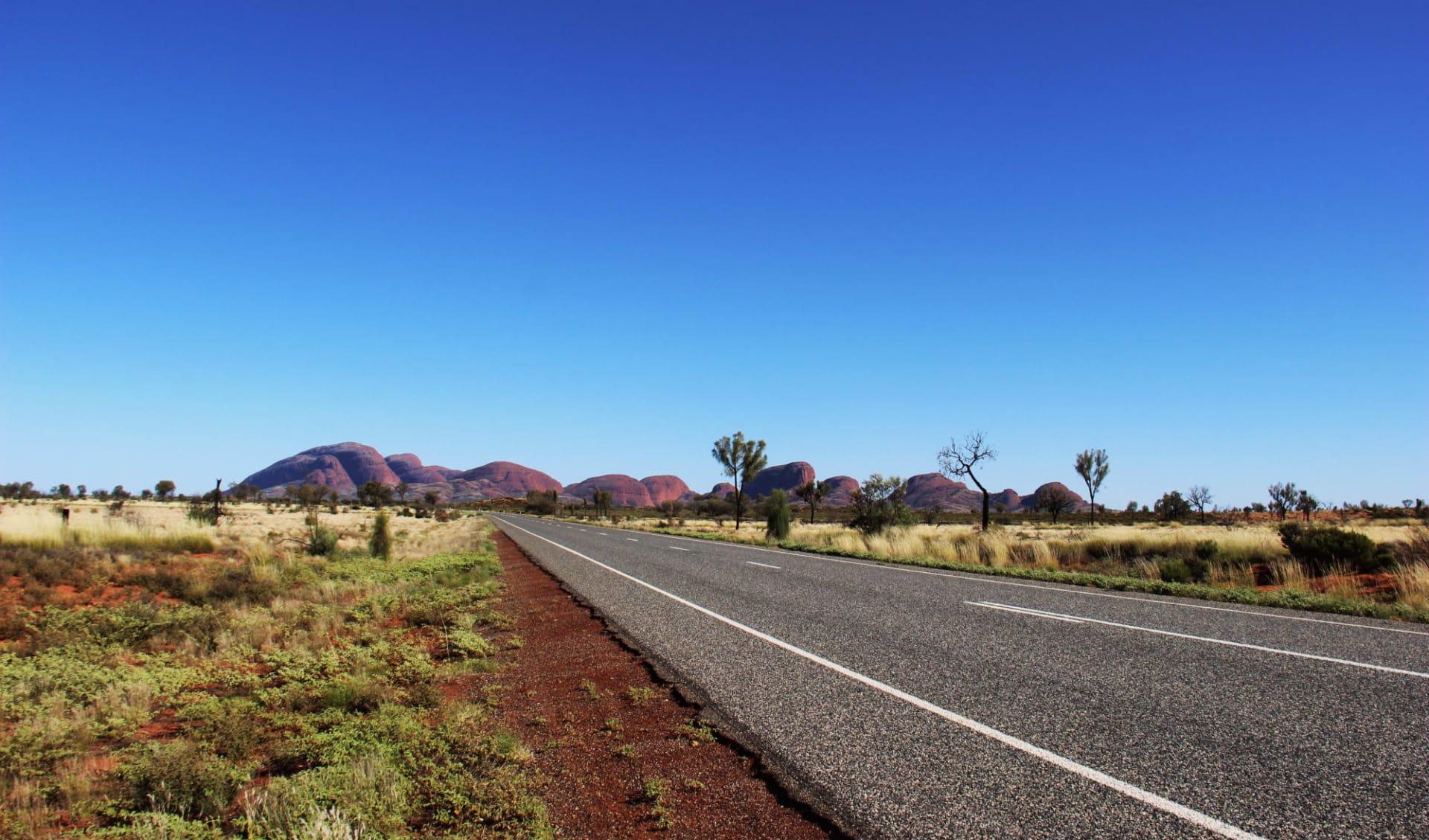 Kata Tjuta, Uluru & Kings Canyon (AAT Kings) ab Alice Springs: Kata Tjuta - Road to Kata Tjuta