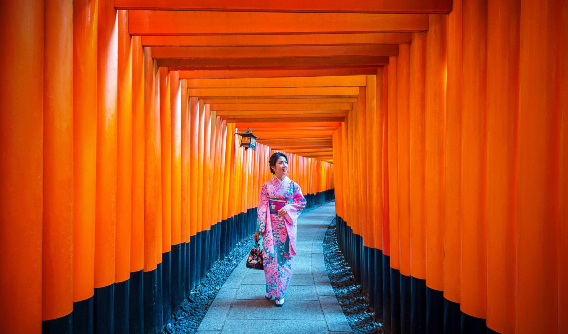 Höhepunkte Japans ab Tokio: Kyoto Fushimi Inari Shrine with Woman in traditional Kimono