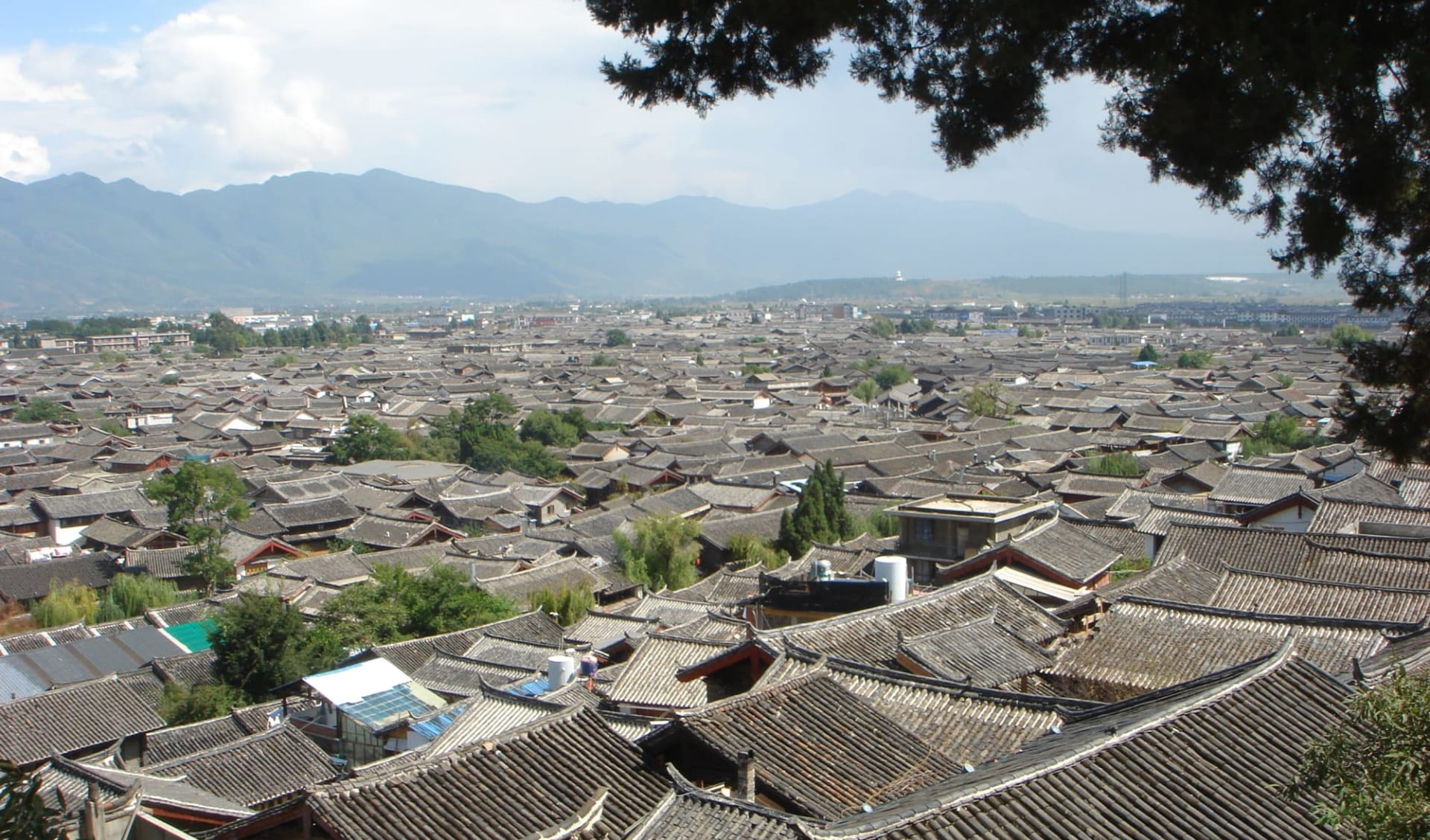 Höhepunkte Yunnans ab Kunming: Lijiang: roof tops