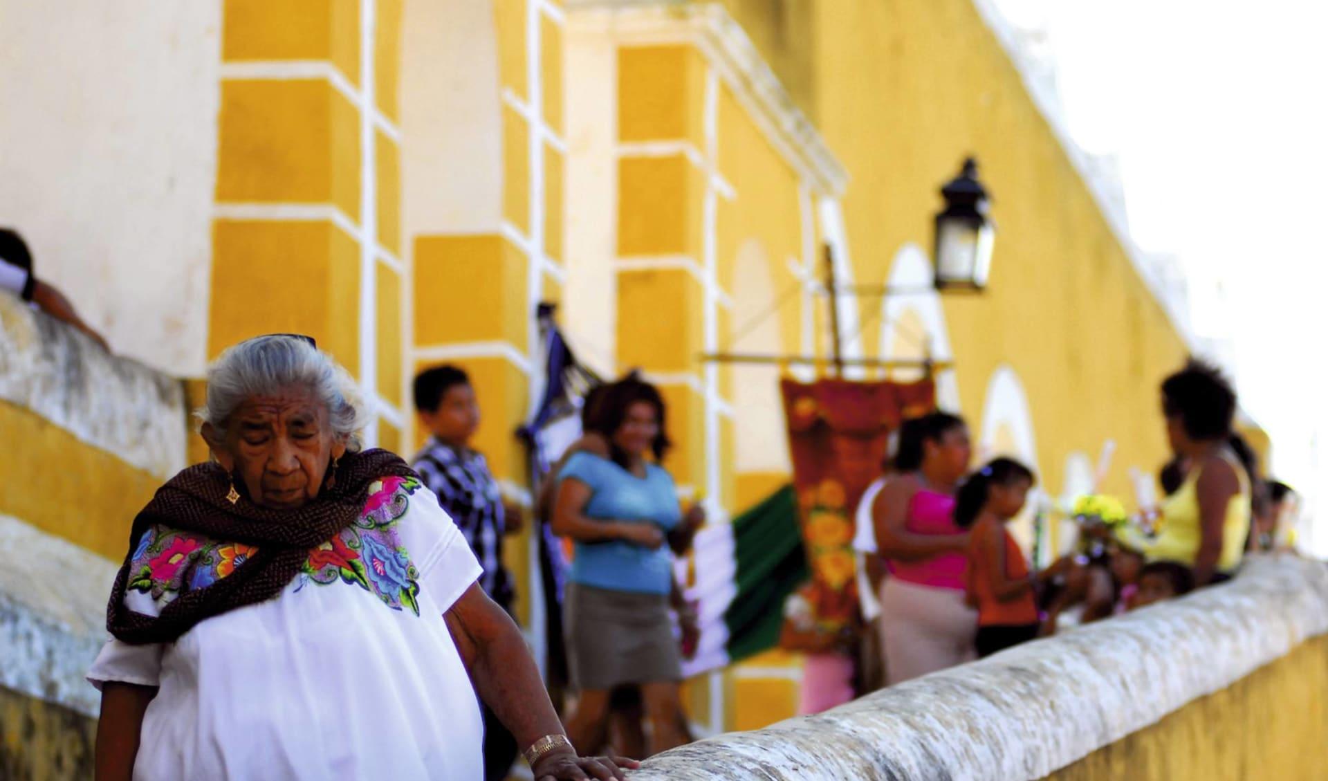 Gruppenreise Mini Yucatán ab Cancun: Mexico - Yucatan - Frauen vor einem gelben Haus