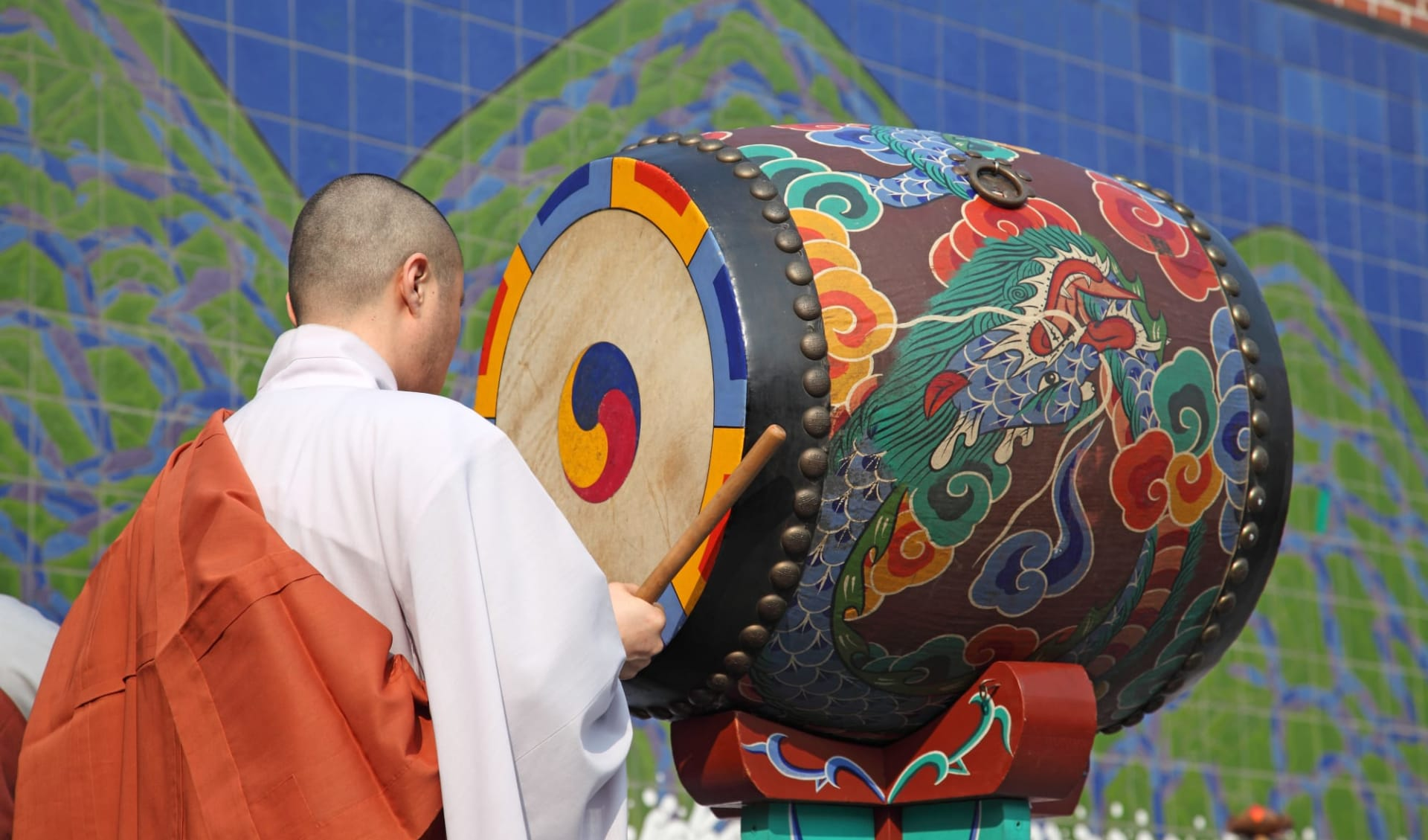 Temple Stay ab Busan: Monk with Drum in Temple