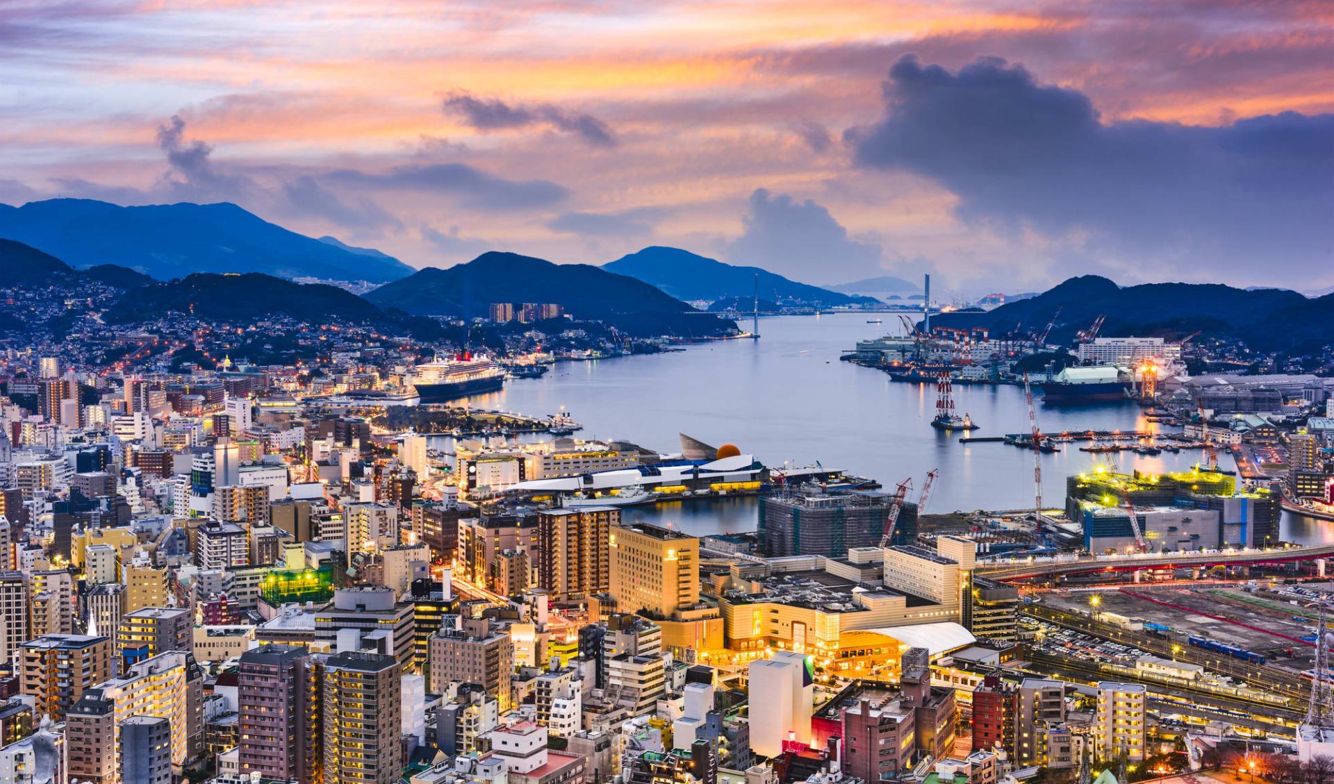 Japan auf neuen Wegen mit Verlängerung ab Osaka: Nagasaki at dusk