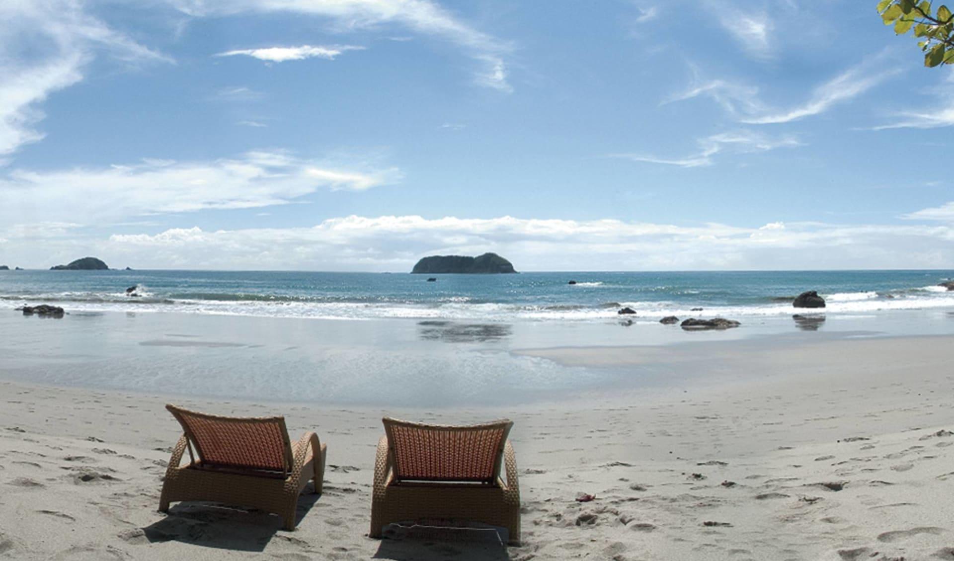 Arenas Del Mar Beachfront & Rainforest Resort in Manuel Antonio: natur arenas del mar strand liegestühle